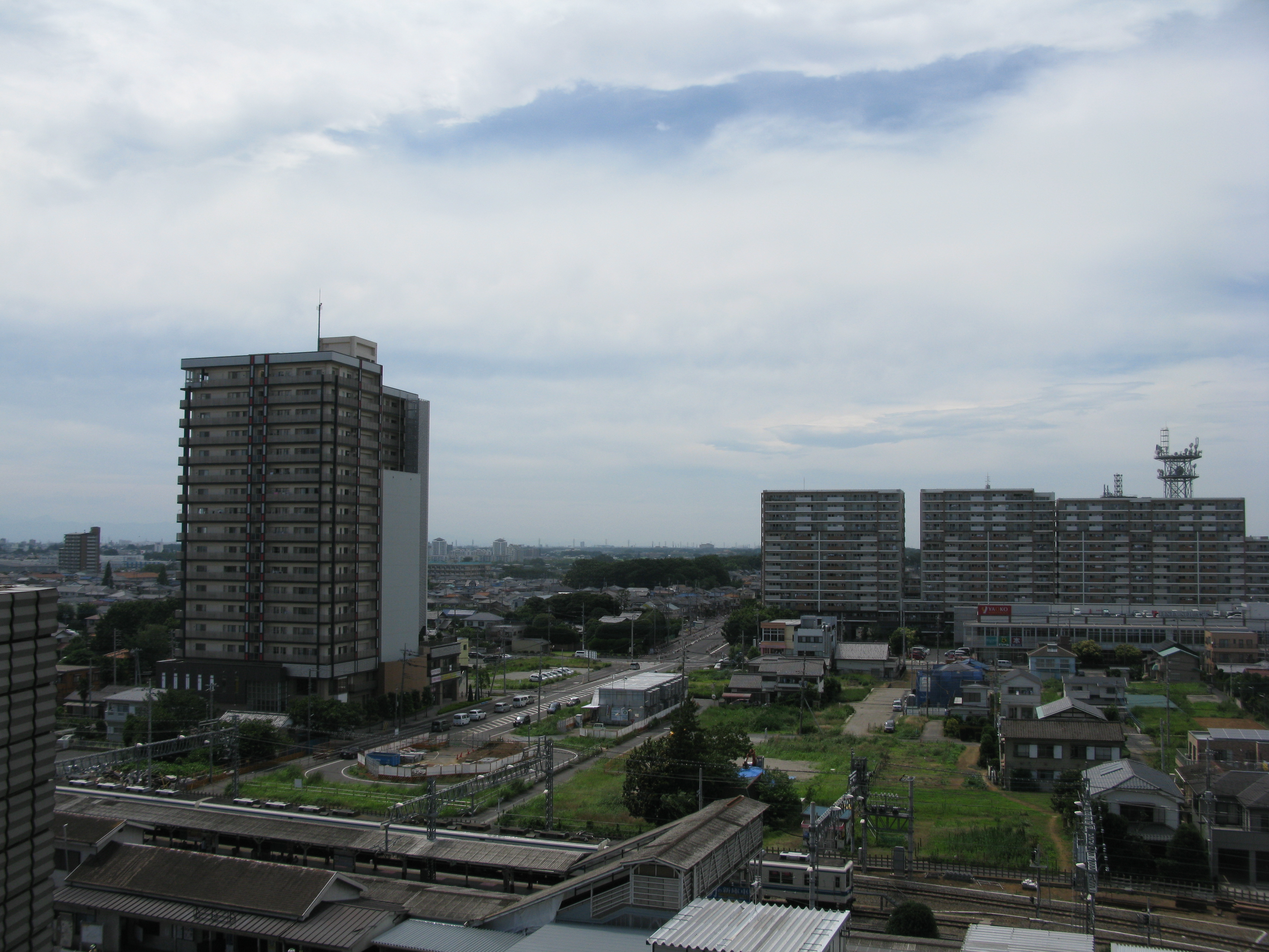 https://upload.wikimedia.org/wikipedia/commons/6/6c/View_of_the_north_direction_from_Iwatsuki_Station.JPG