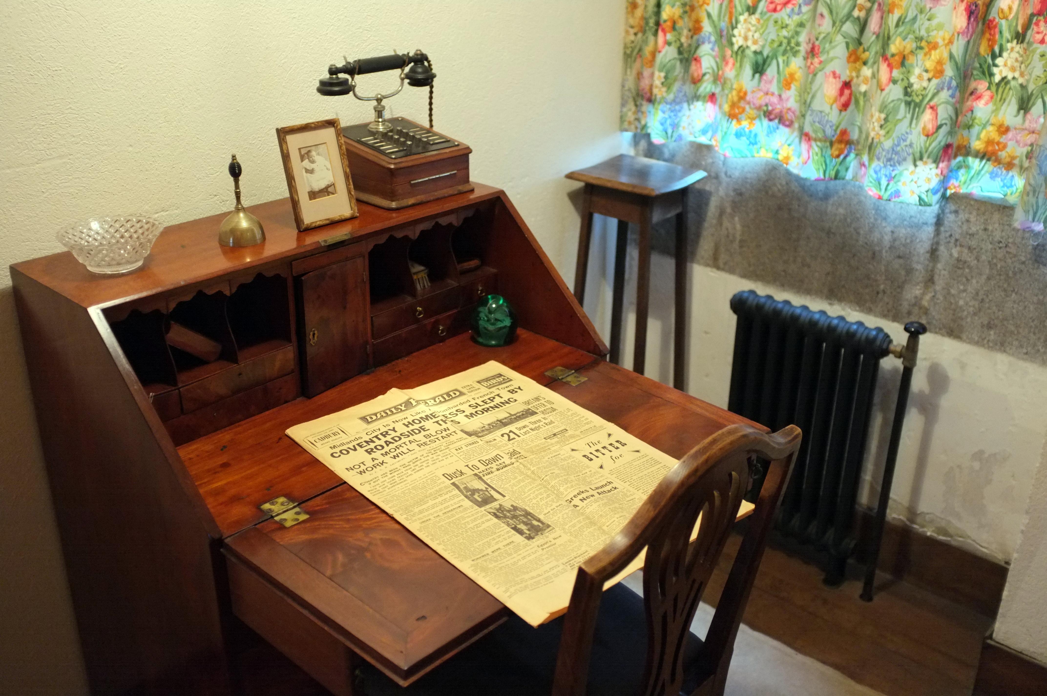 Description Writing Desk (8257336503).jpg. Full resolution  portraiture, nominally Width 4288 Height 2848 pixels, portraiture with #763B1E.