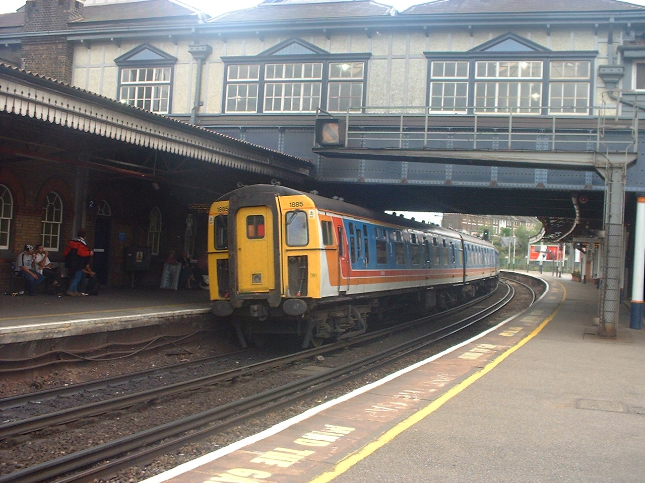 clapham junction speed dating A 10 car class 159 dmu races towards clapham junction with an emu dating from the early at reading stationthe high speed train sets are nearing.