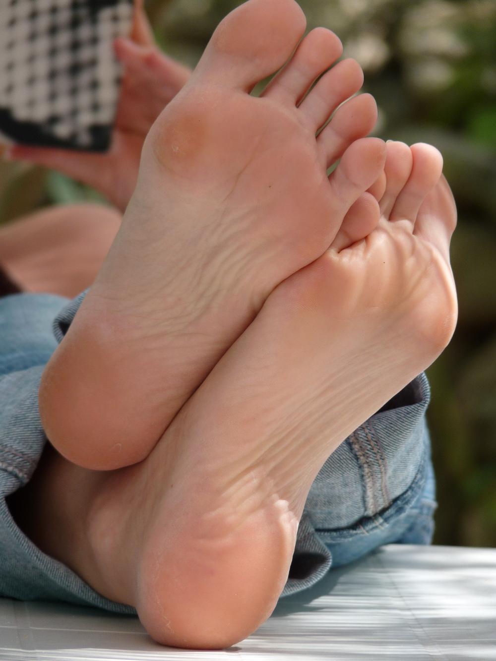 Bare footjob