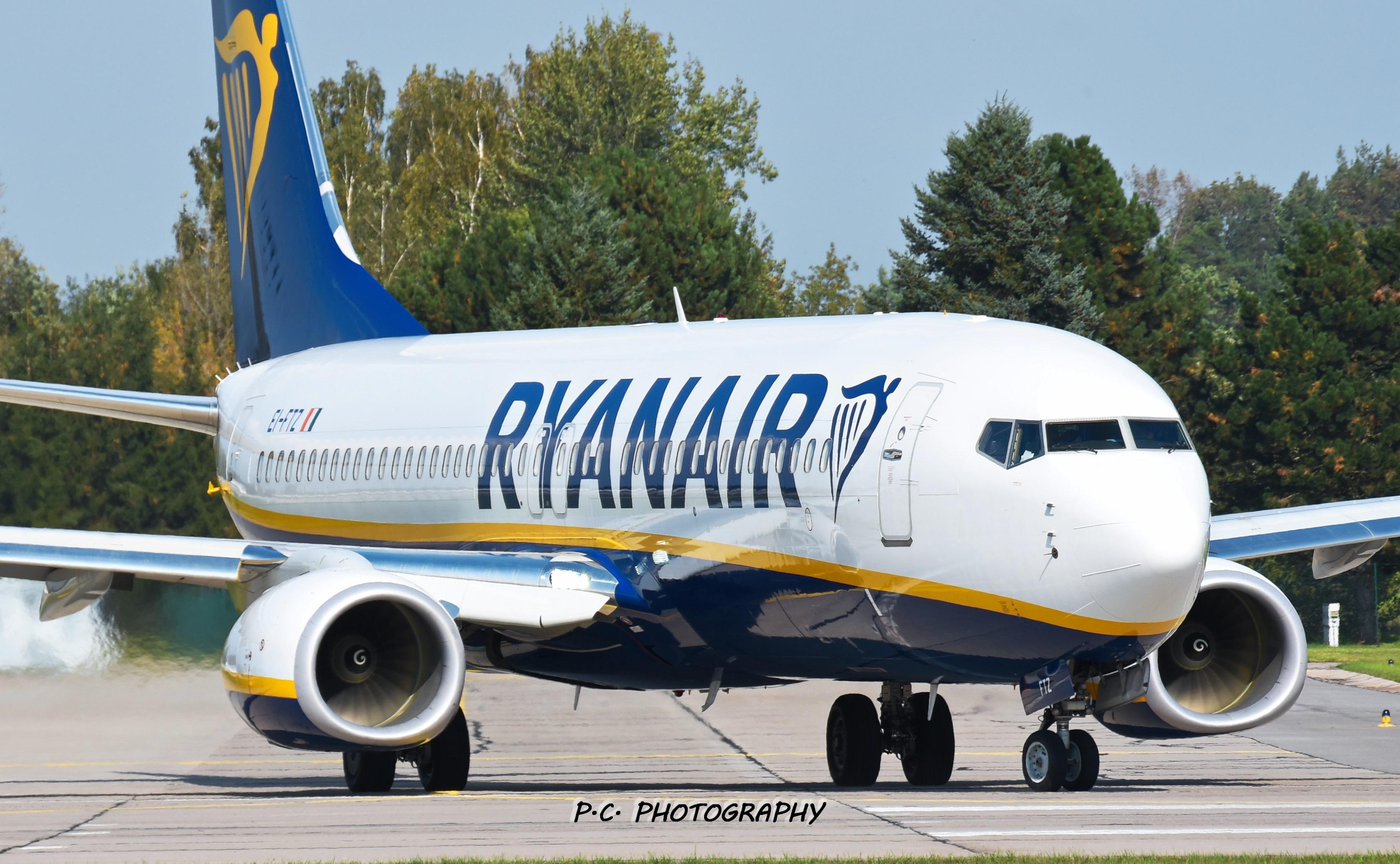 File:Boeing 738 Ryanair LKPD.jpg