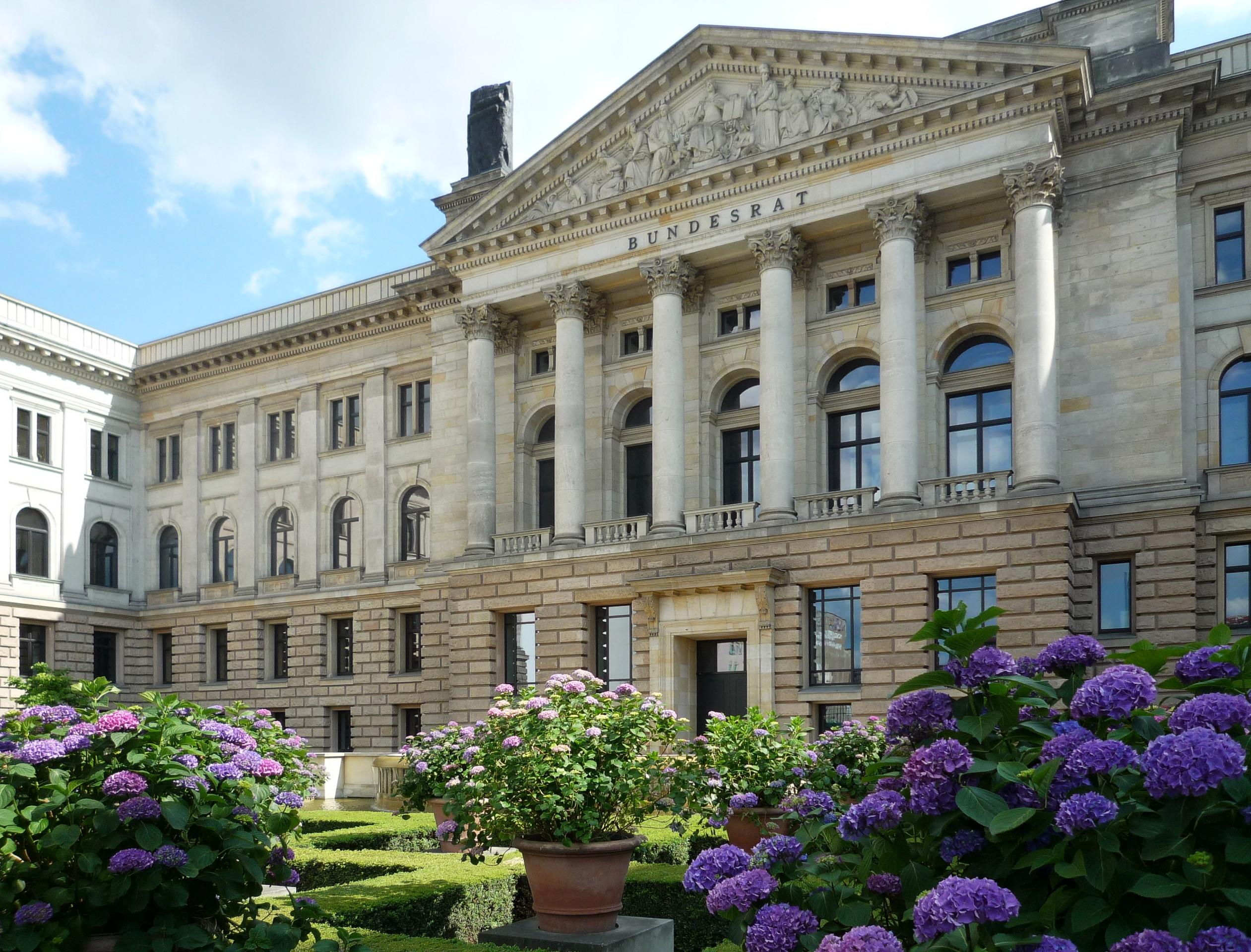 Die Bundesrepublik Deutschland ist ein kooperativ-föderalistischer Bundesstaat[183] mit einer sozialen Marktwirtschaft (Bundesratsgebäude in Berlin).
