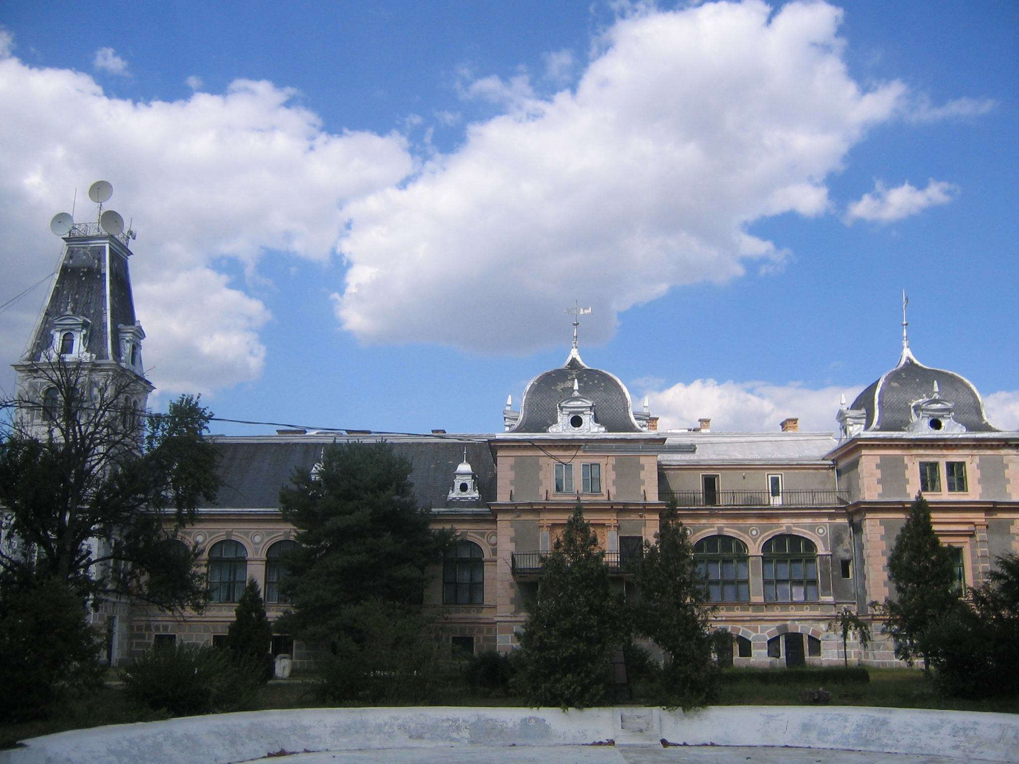 http://upload.wikimedia.org/wikipedia/commons/6/6d/Castelul_de_la_Macea,_Arad3.jpg