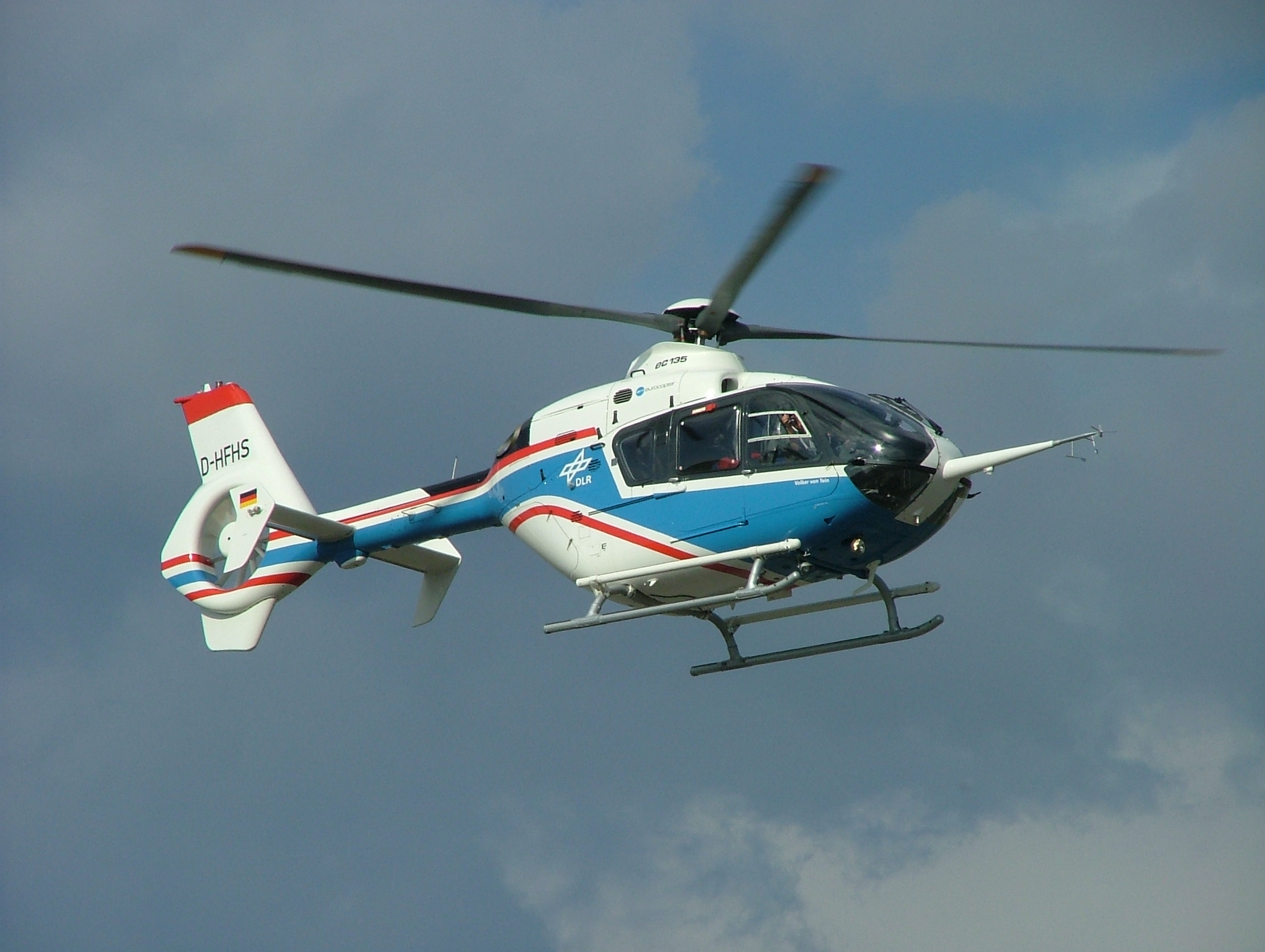 https://upload.wikimedia.org/wikipedia/commons/6/6d/DLR_Helikopter.JPG