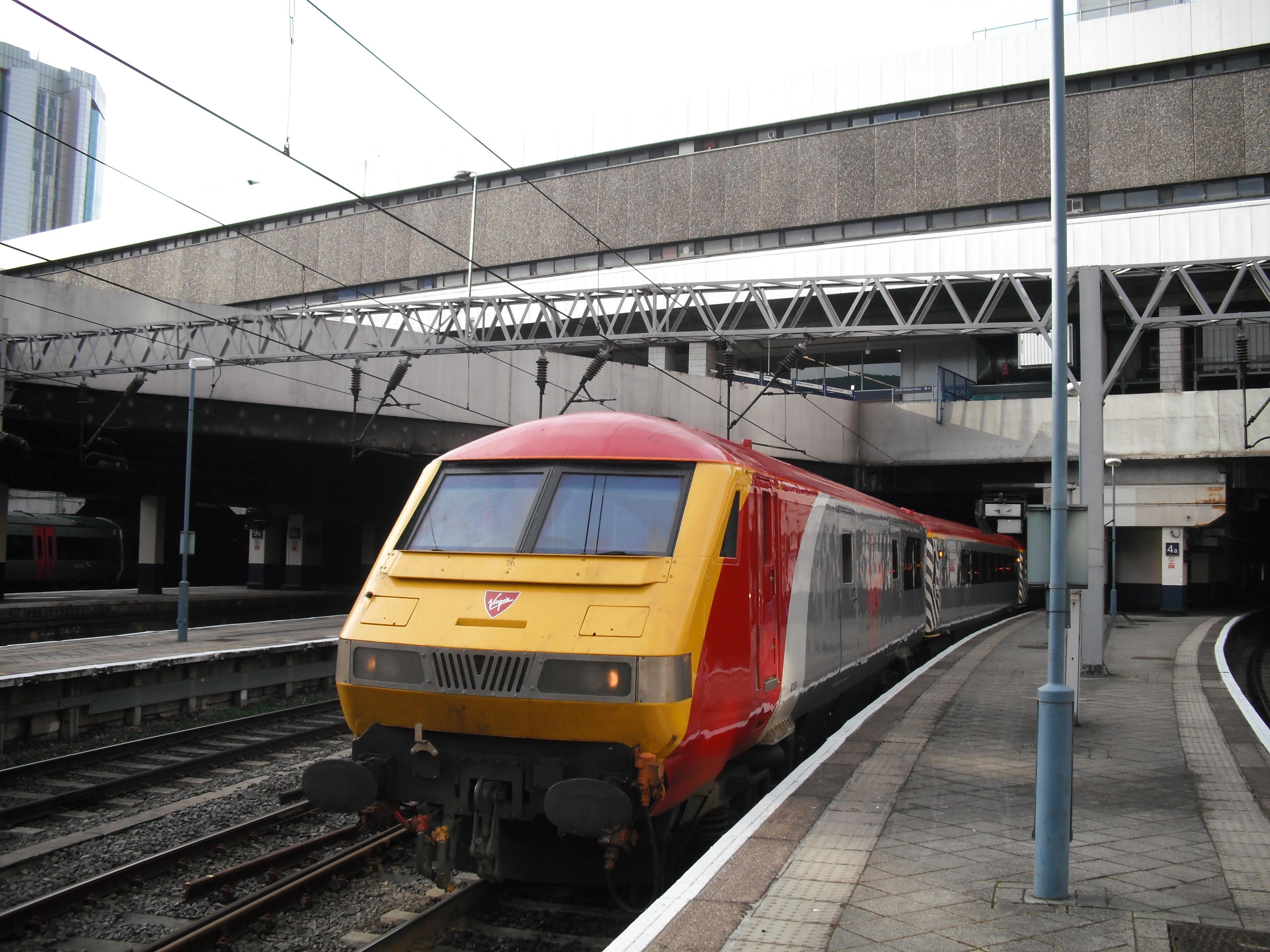 Review: Hornby Virgin Charter Relief Set (Class 90 & DVT) (5/6)