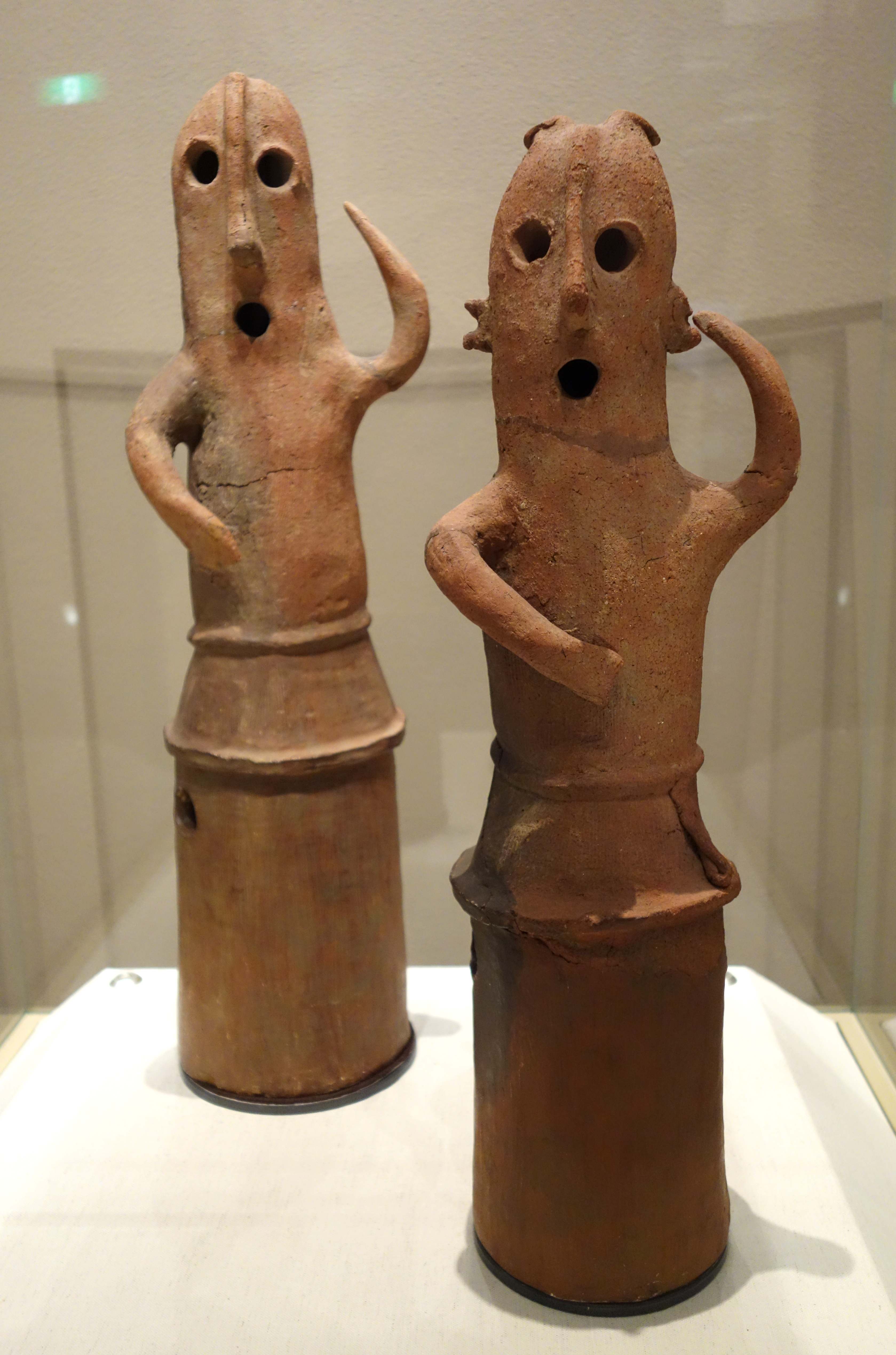 the haniwa of ancient japan For example, the hiroshima peace center--designed in the 1950s by one of japan's most famous architects, kenzo tange, combines the le corbusier style of modernist architecture along with the ancient form of the haniwa, evident in the design of the traditional tombs of the rulers of old japan.