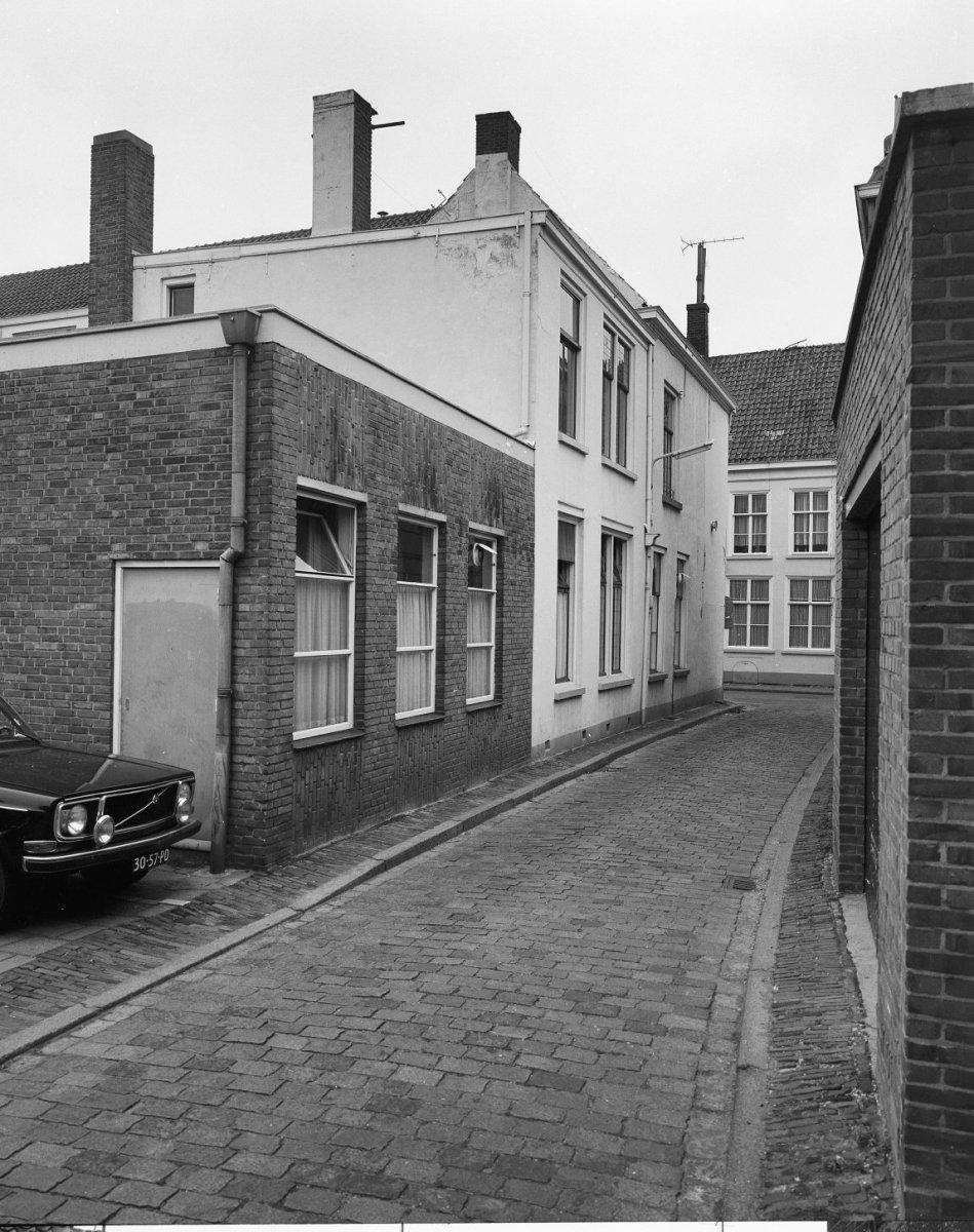 Huis met witgeverfde lijstgevel ingang met geblokte witte pilasters in bergen op zoom - Huis ingang ...