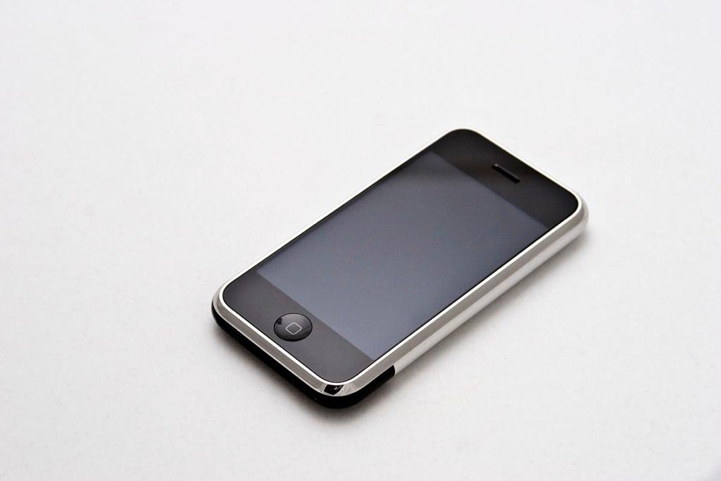 32-гигабайтный iPhone 7 к примеру подешевел с 56990 рублей до 52990 рублей