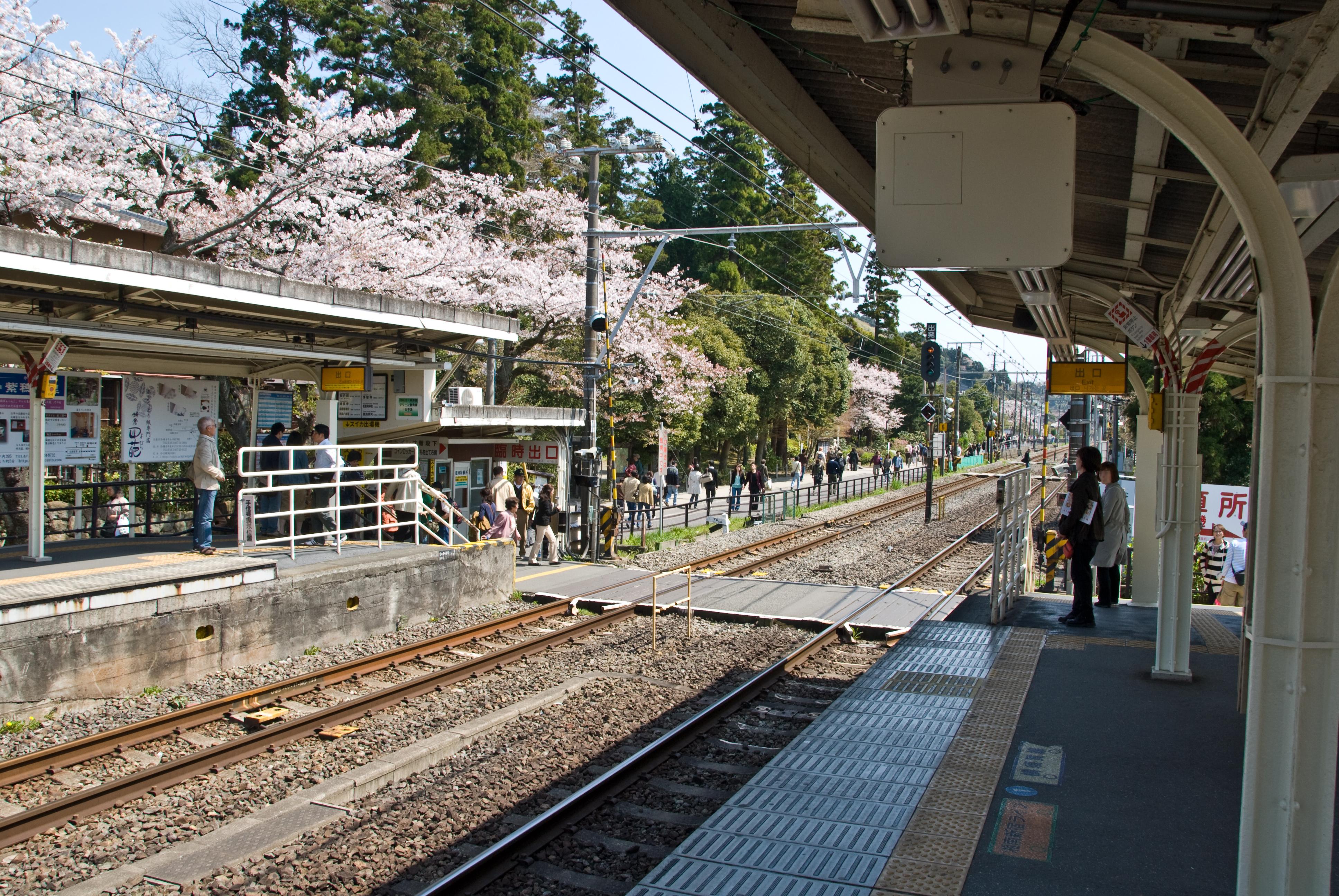 https://upload.wikimedia.org/wikipedia/commons/6/6d/Kita-Kamakura_Station.jpg