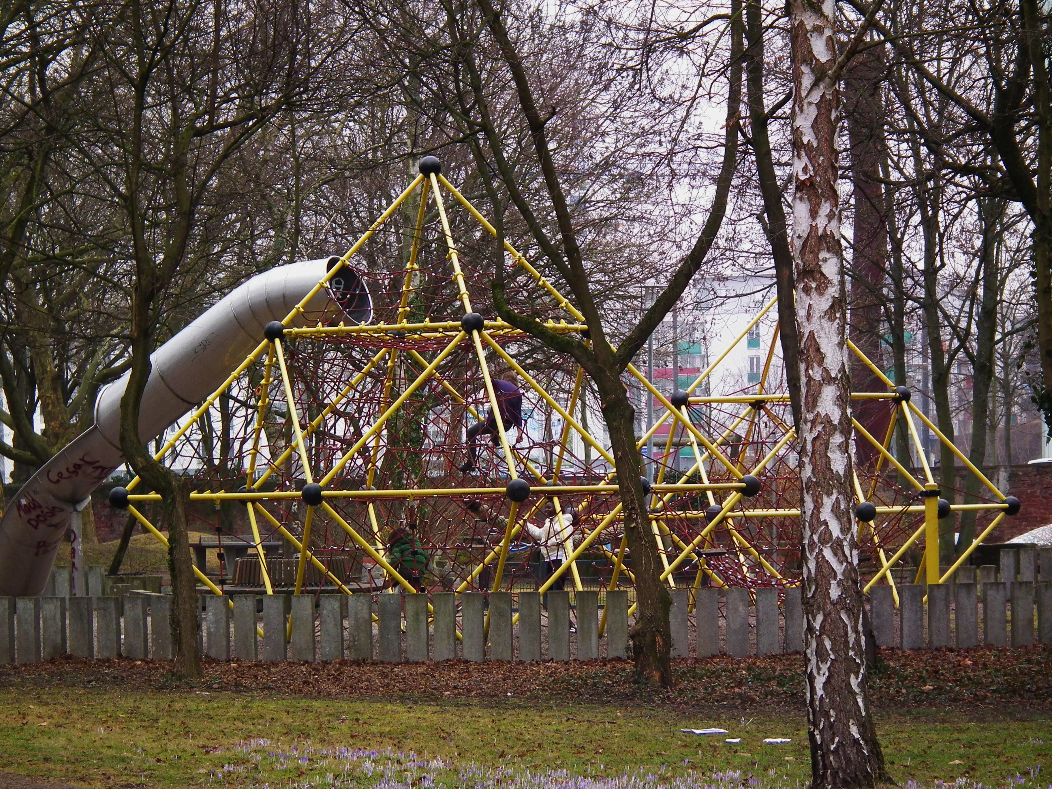 Kletterdreieck Alter : File:klettergerüst ka alter friedhof februar 2012.jpg wikimedia