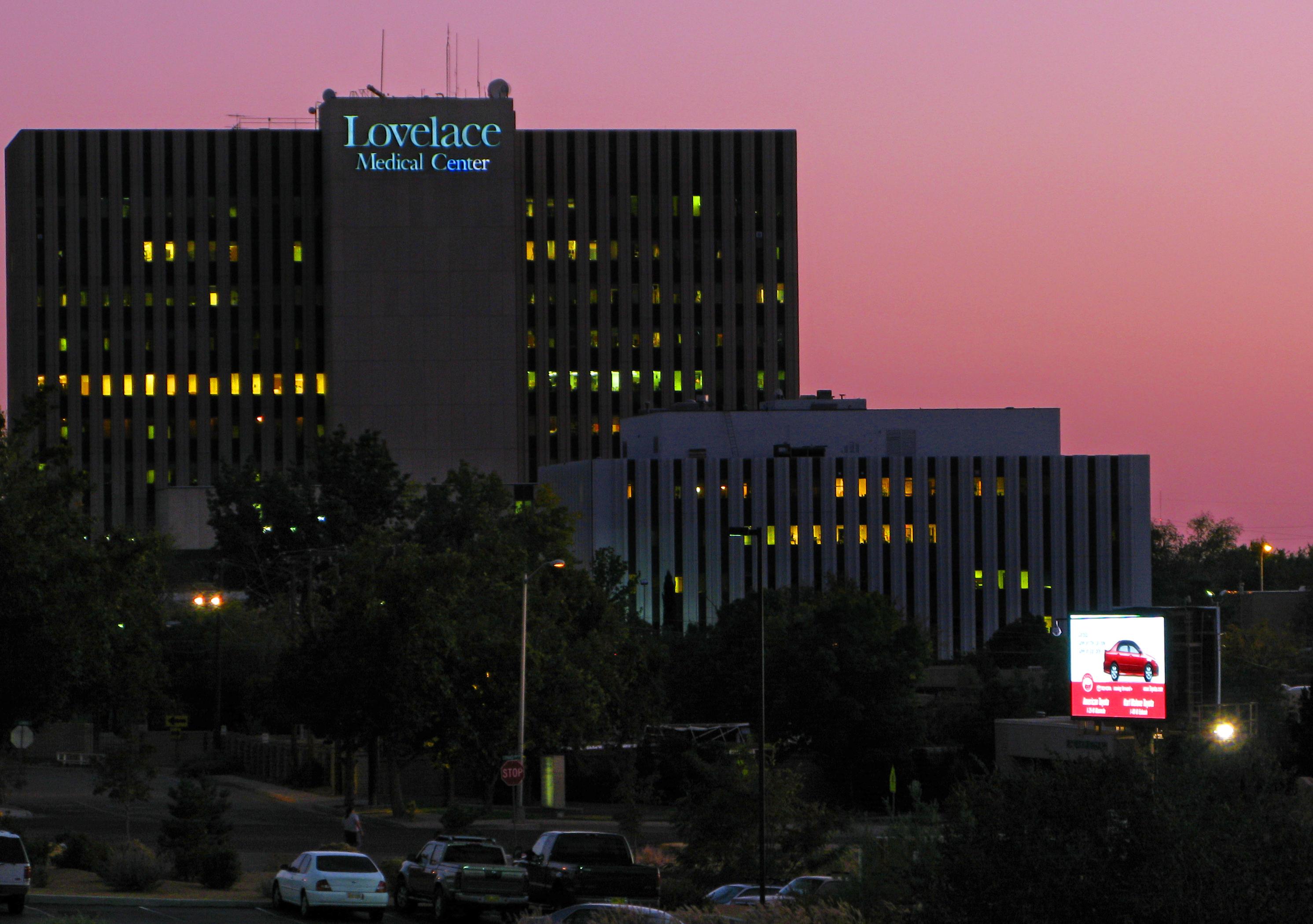 File Lovelace Medical Center Abq Night Jpg Wikimedia