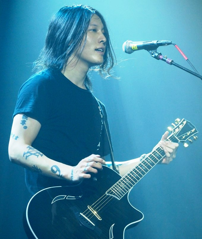 http://upload.wikimedia.org/wikipedia/commons/6/6d/Miyavi_at_Irving_Plaza_on_October_31,_2011(cropped).jpg