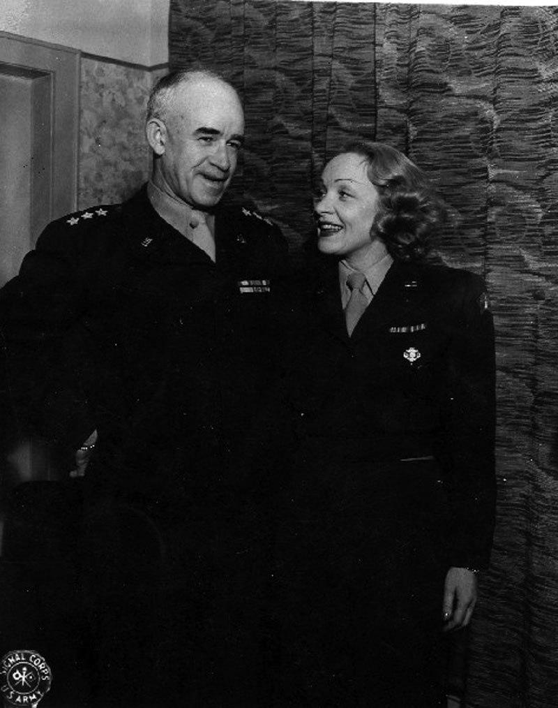 File Omar Bradley And Marlene Dietrich 1944 Wikimedia Mons