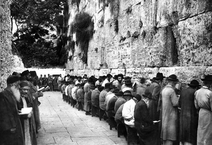 File:People praying at the Wailing Wall, Jerusalem in 1929