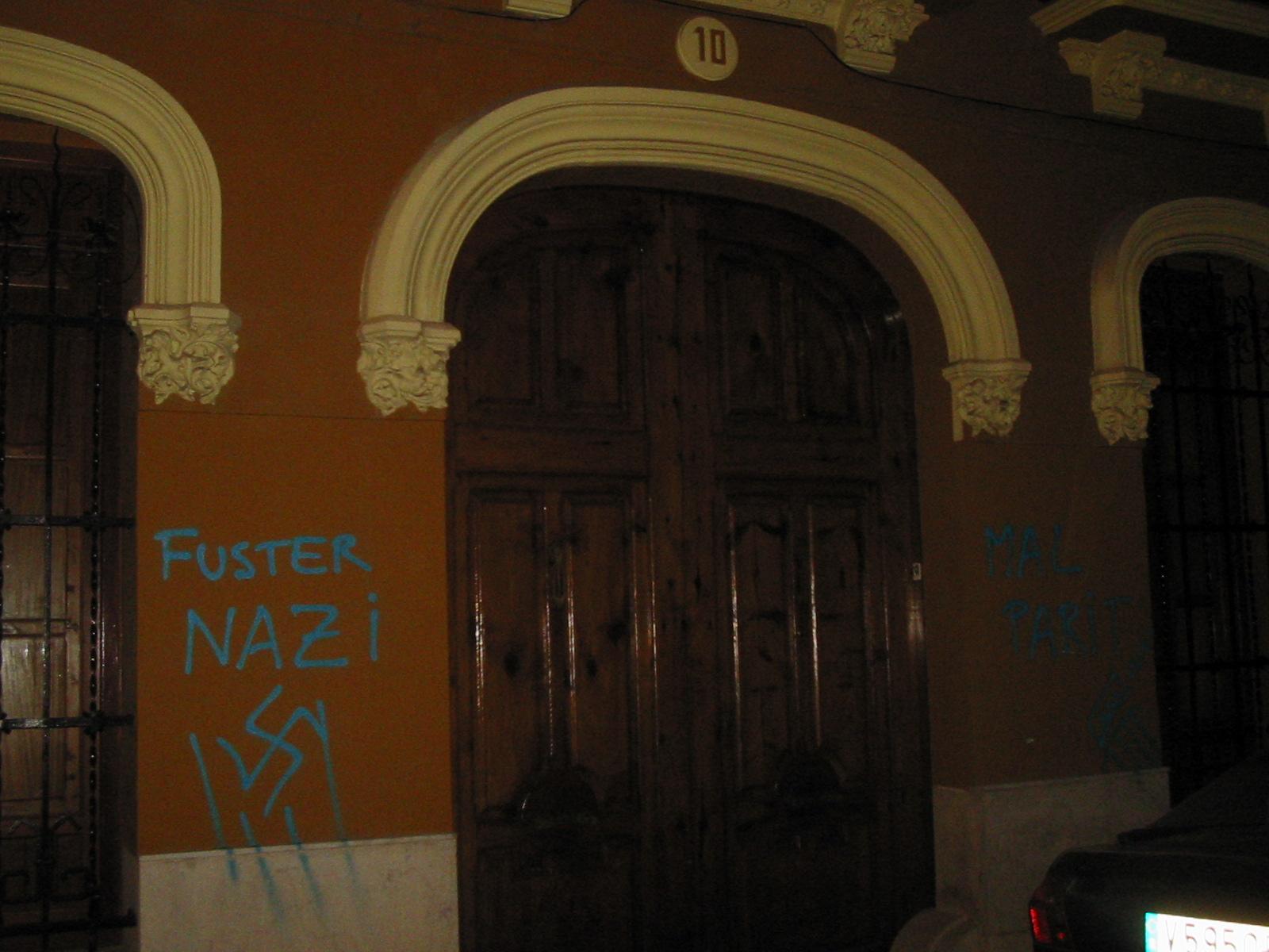 La puerta de la casa del escritor en Sueca, objeto de vandalismo blavero.
