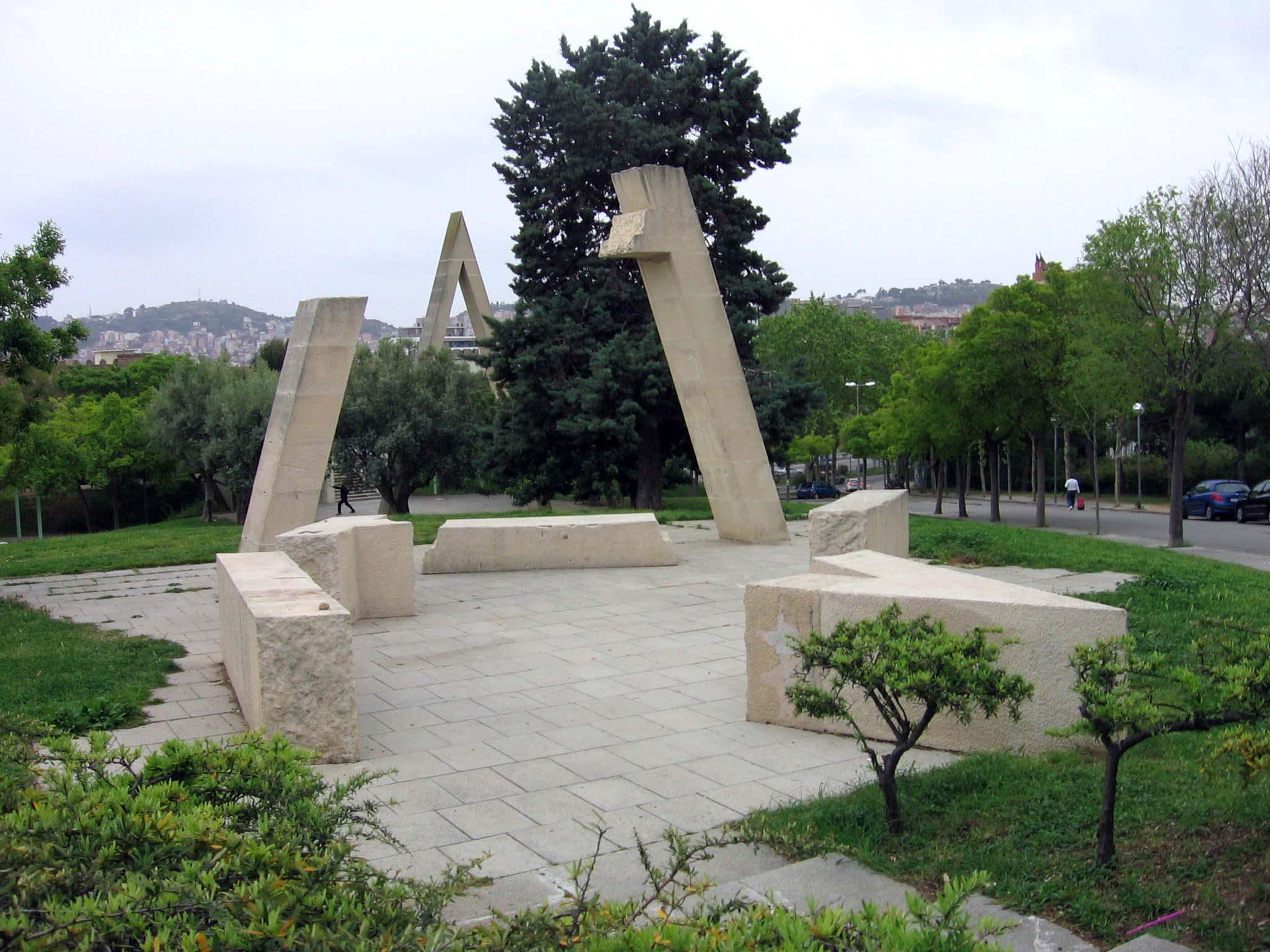 Joan Brossa: Poema visual transitable en tres tiempos: Nacimiento, camino —con pausas y entonaciones— y destrucción. Barcelona, Velódromo de Horta.