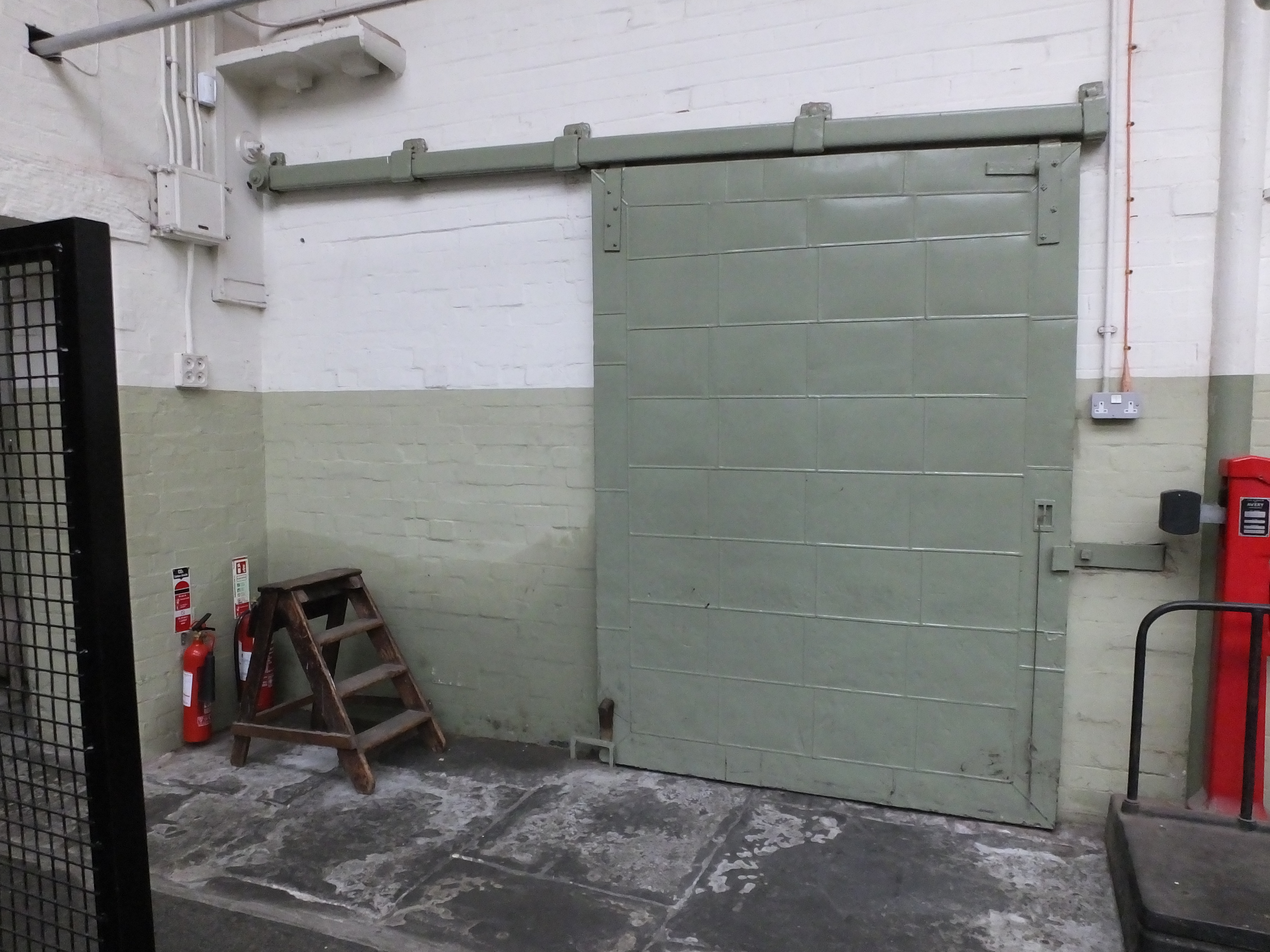 FileQueen Street Mill self closing fire-door 8617.JPG & File:Queen Street Mill self closing fire-door 8617.JPG - Wikimedia ...