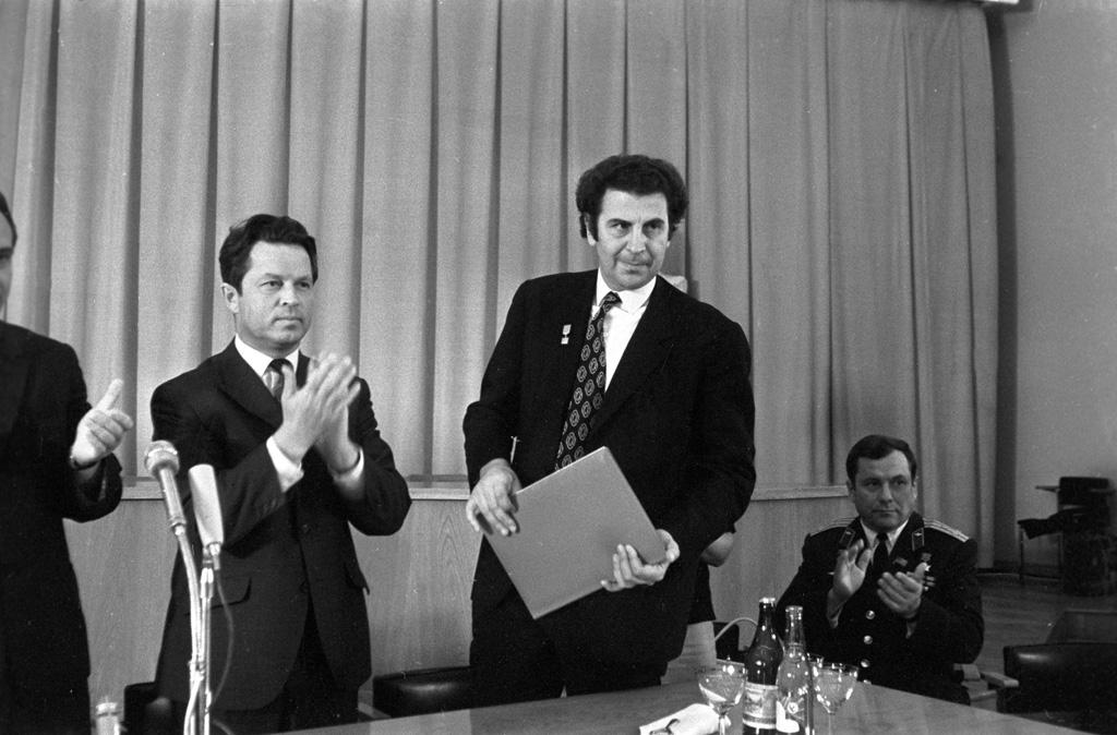 RIAN archive 586411 Yevgeny Tyazhelnikov and Mikis Theodorakis.jpg