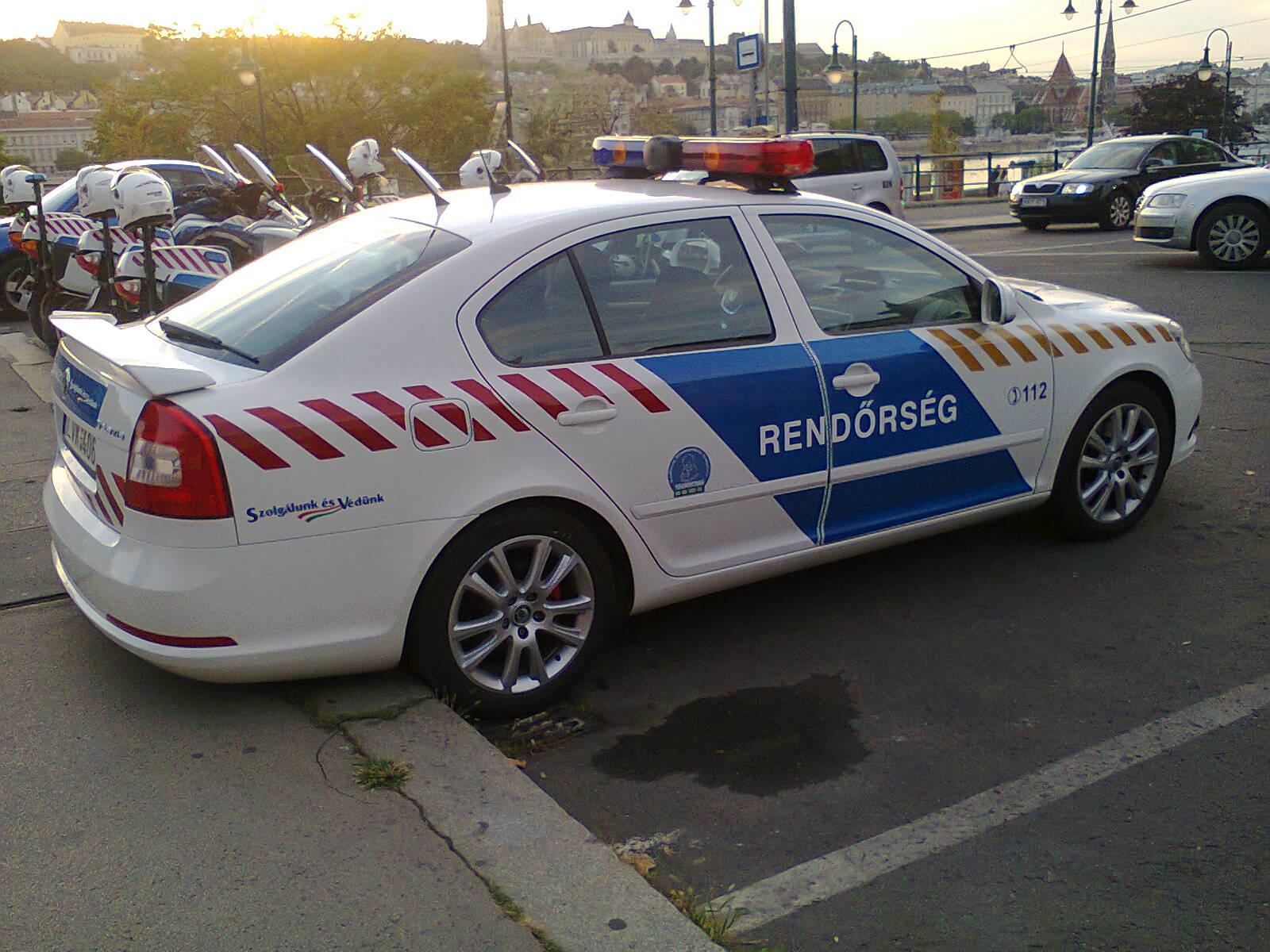 Skoda au service de la police - Page 2 Skoda_police_car_HU