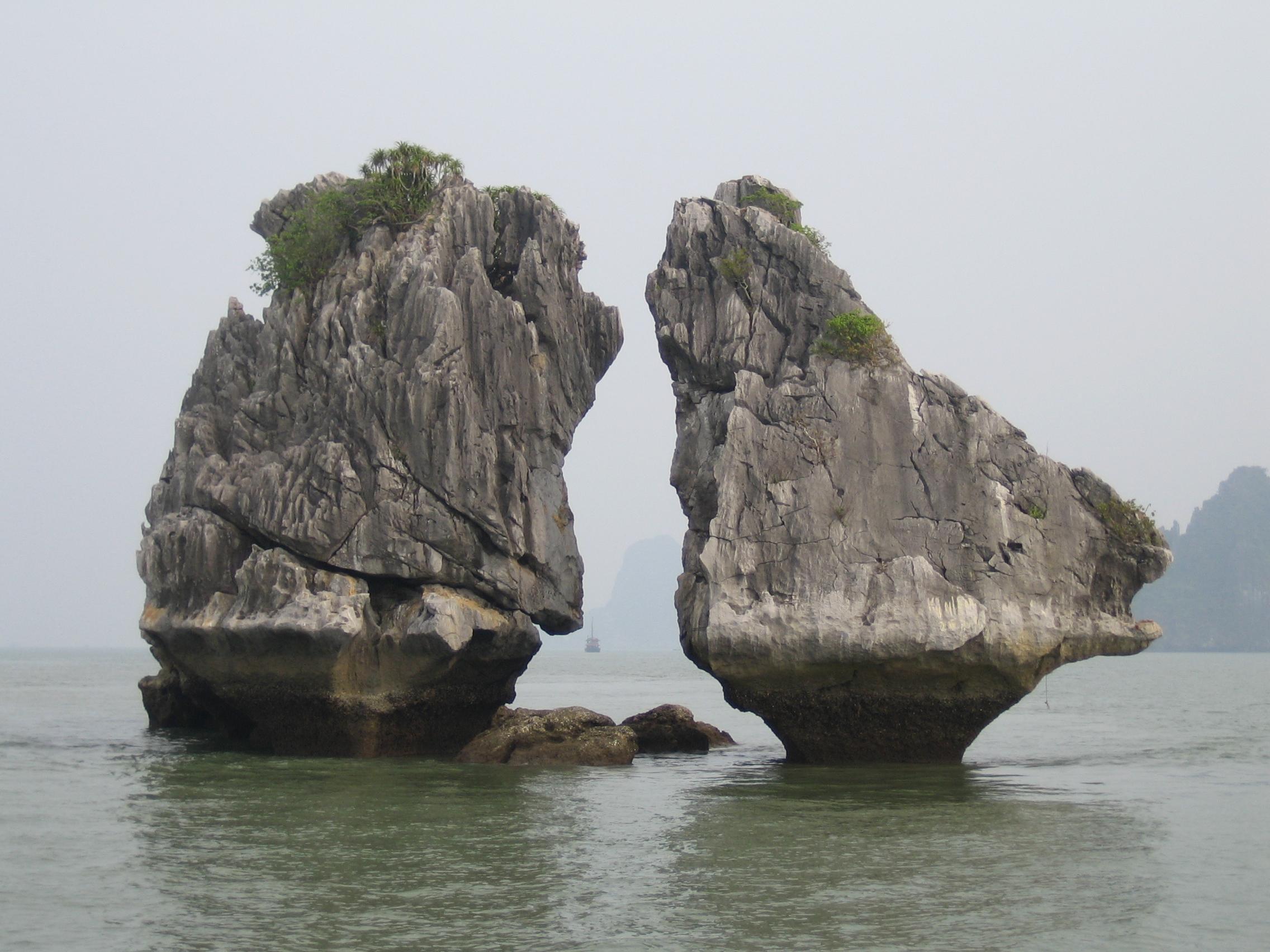 Halong Vietnam  City pictures : Description The Kissing Rocks Ha Long Bay Vietnam