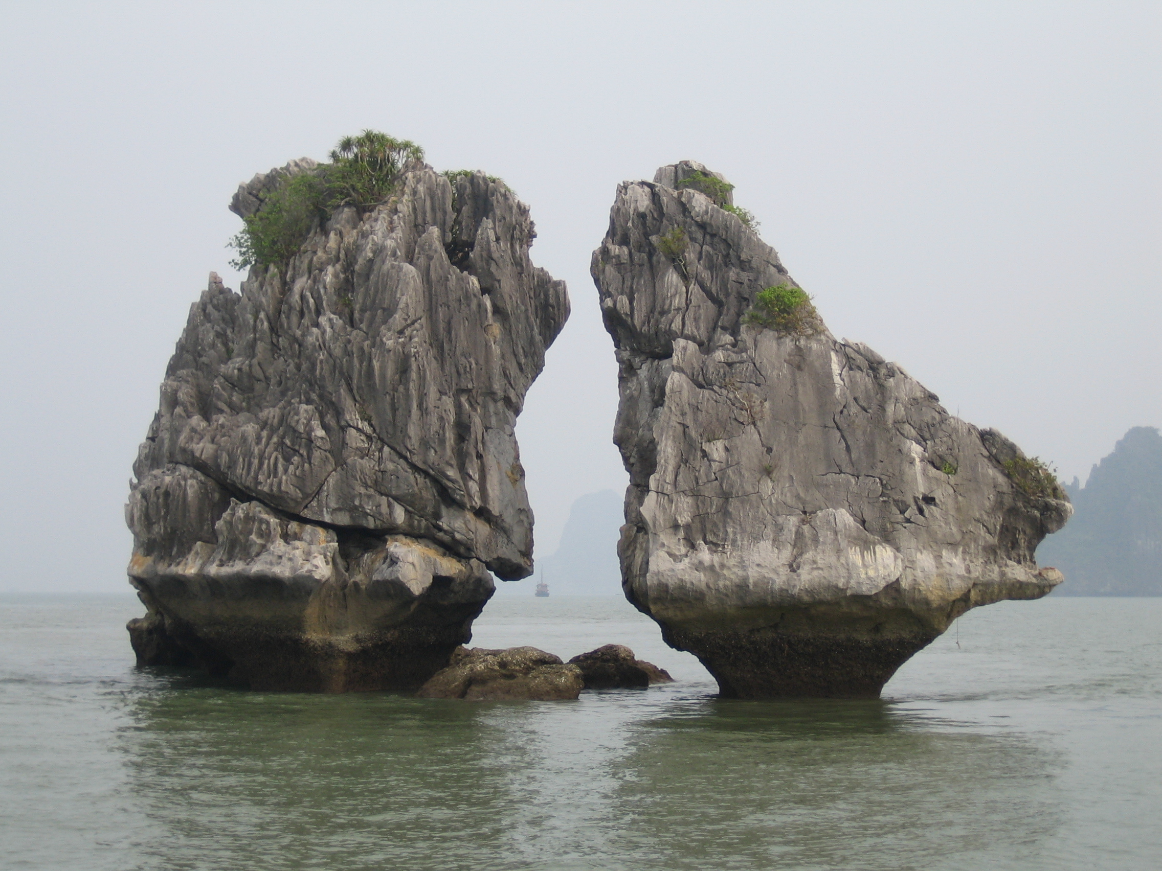 Halong Vietnam  city photos gallery : Description The Kissing Rocks Ha Long Bay Vietnam