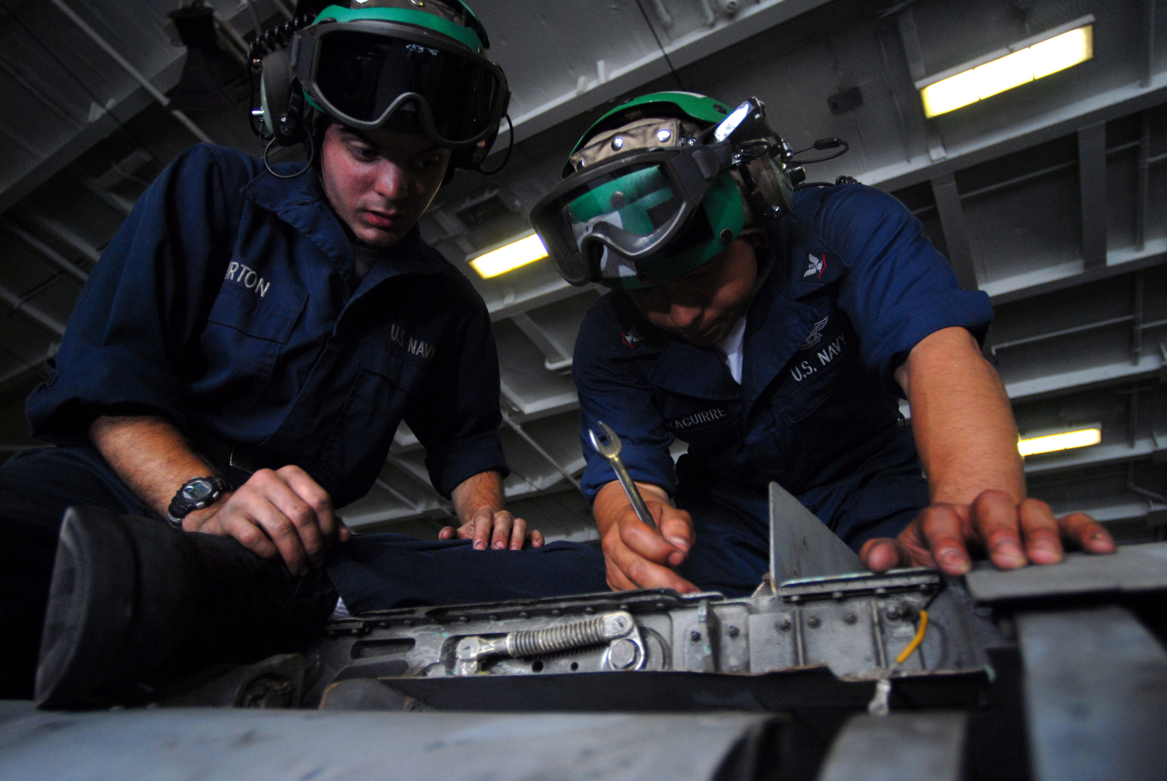 File:US Navy 070403-N-2659P-054 Aviation Structural Mechanic ...