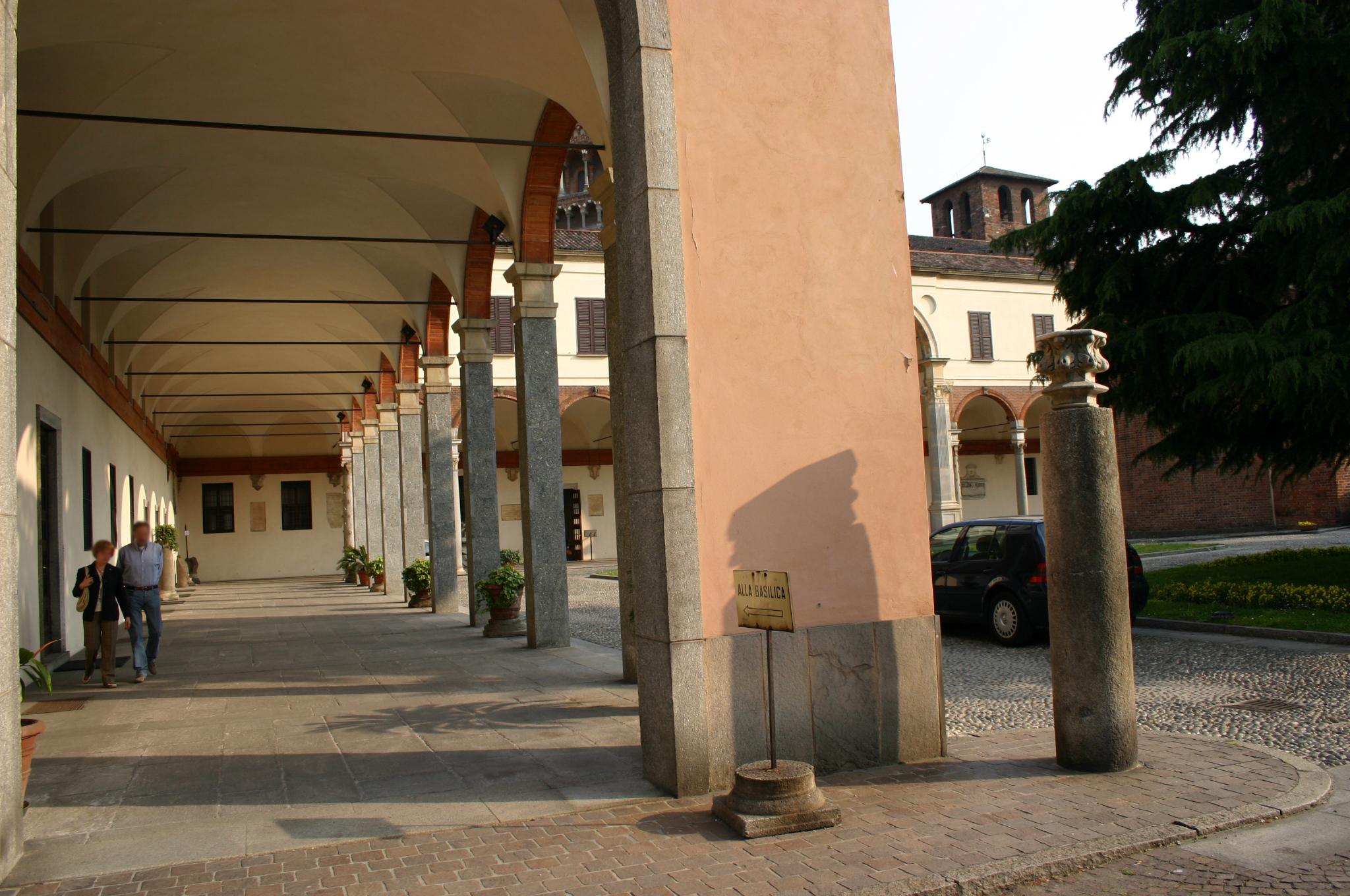 file 0060 milano s ambrogio canonica portico