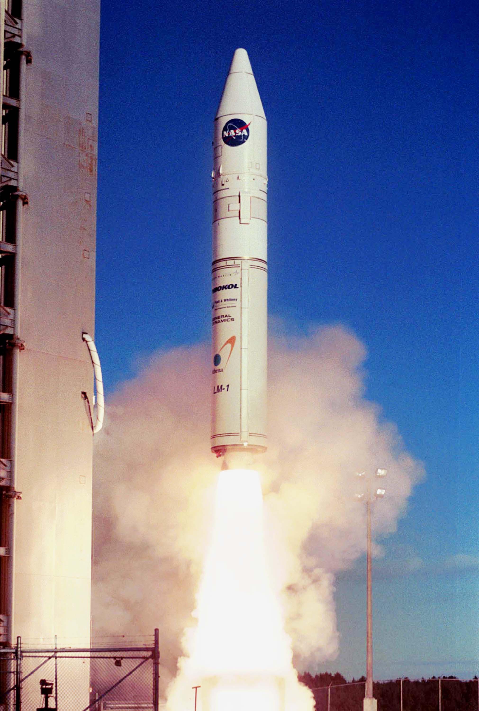 Datei Athena 1 Rocket Launching From Kodiak Island Jpg Wikipedia