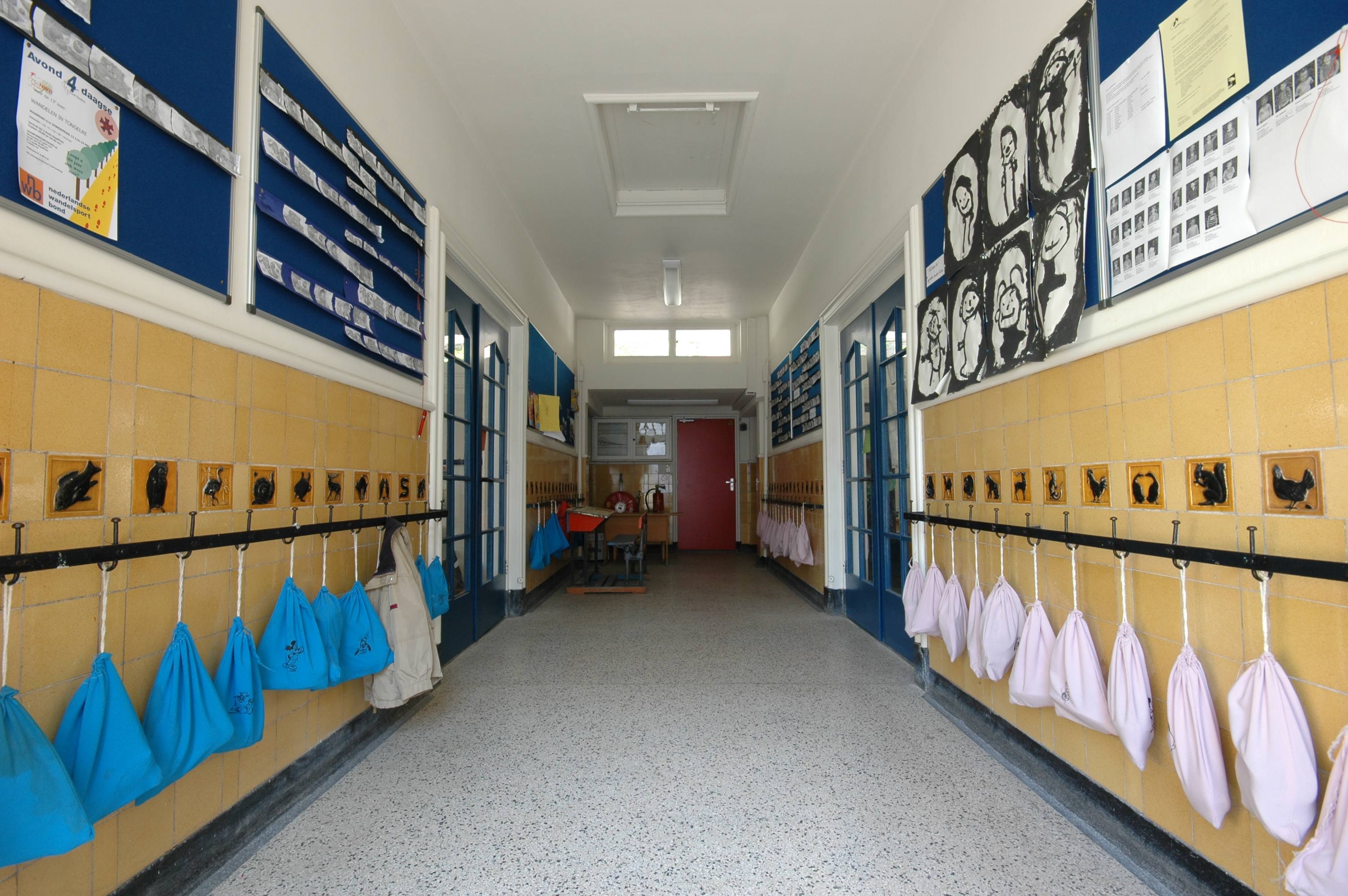 Nutskleuterschool fr belschool onderdeel van basisschool reigerlaan in eindhoven monument - Een gang ...