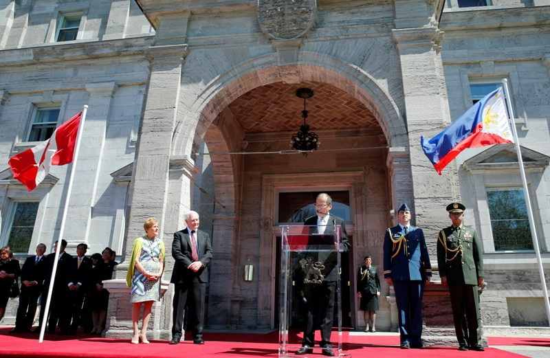 Governor General David Johnston and his wife, Sharon Johnston (both at left) look on as President of the Philippines Benigno Aquino III delivers remarks in front of Rideau Hall, 7 May 2015
