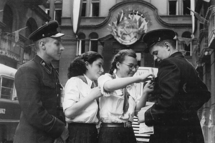 File:Bundesarchiv Bild 183-H0701-0501-002, Budapest, II. Weltfestspiele, Teilnehmer.jpg