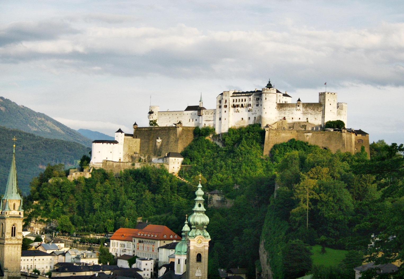 https://upload.wikimedia.org/wikipedia/commons/6/6e/Festung_Hohensalzburg_2.jpg