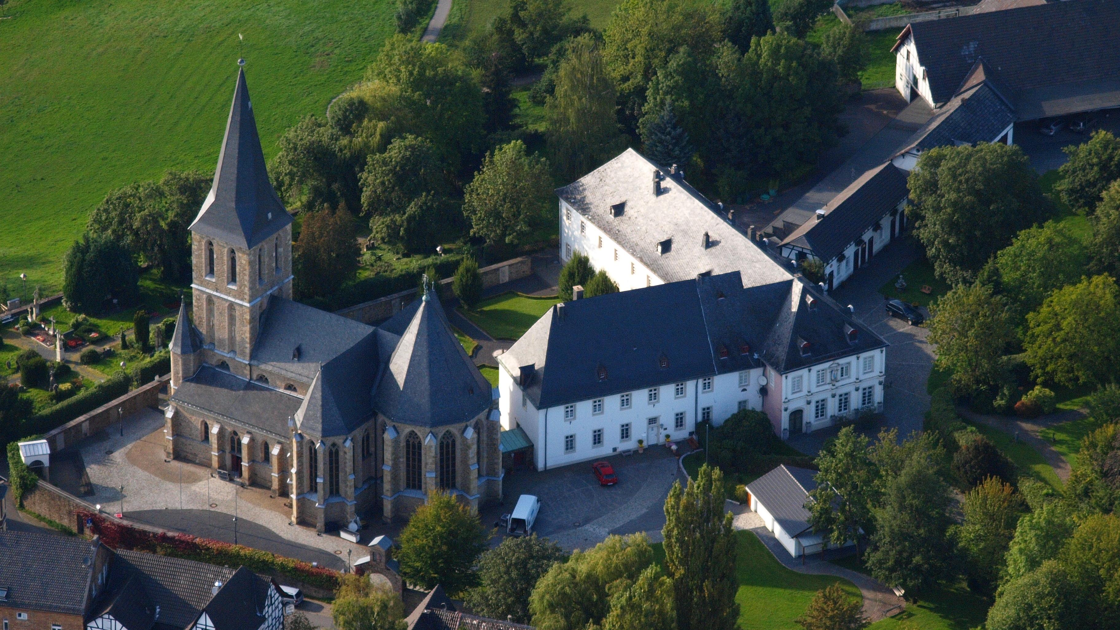File:Hennef Bödingen, Kirche-.JPG - Wikimedia Commons