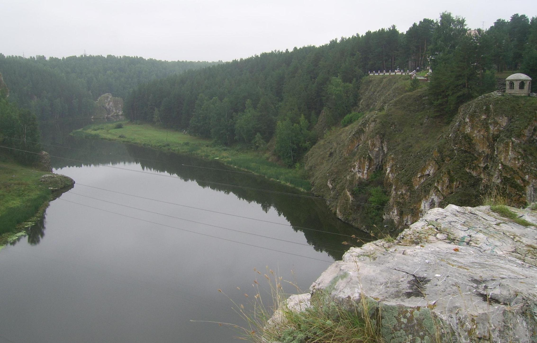 https://upload.wikimedia.org/wikipedia/commons/6/6e/Iset_-_view_from_Three_Caves_%28right%29.jpg