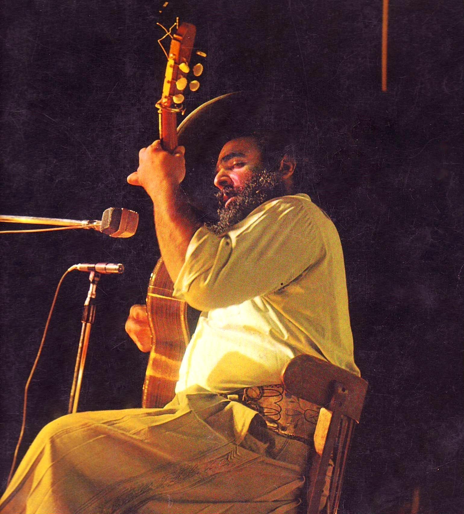 Cafrune durante una presentación, a comienzos de los años setenta.