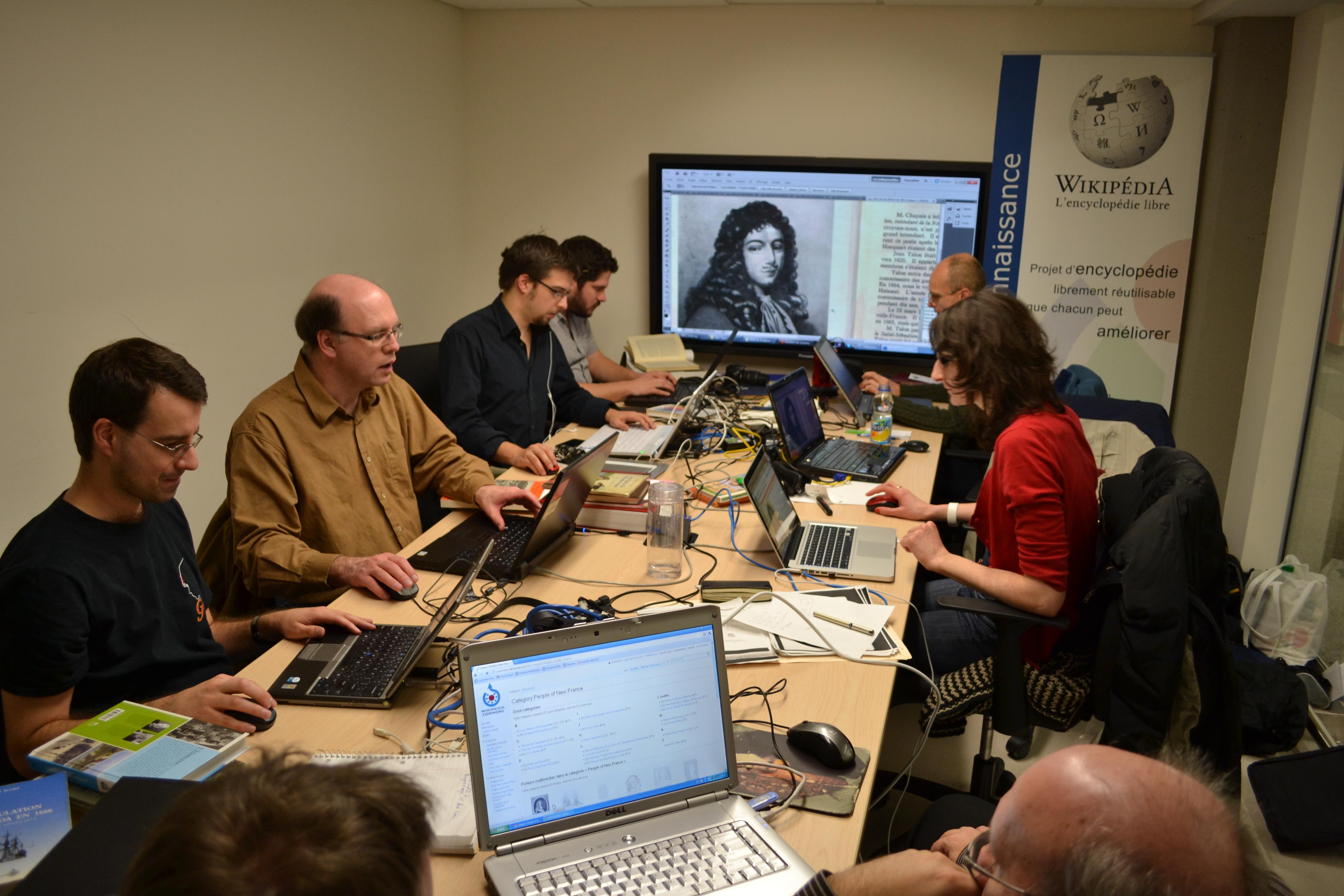 une équipe travaillant sur internet