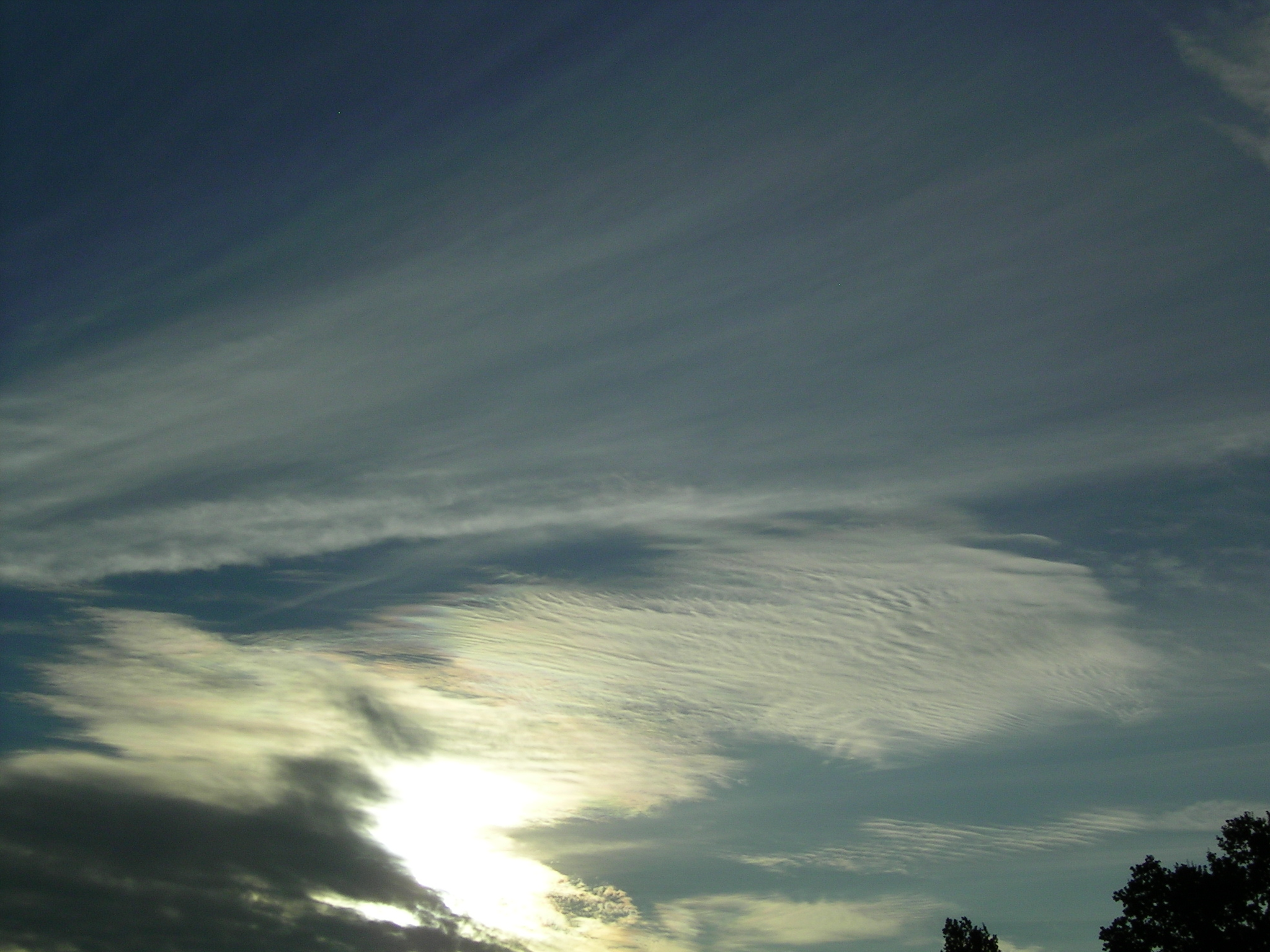 http://upload.wikimedia.org/wikipedia/commons/6/6e/Long_Cirrostratus_with_Cs_undulatus.JPG