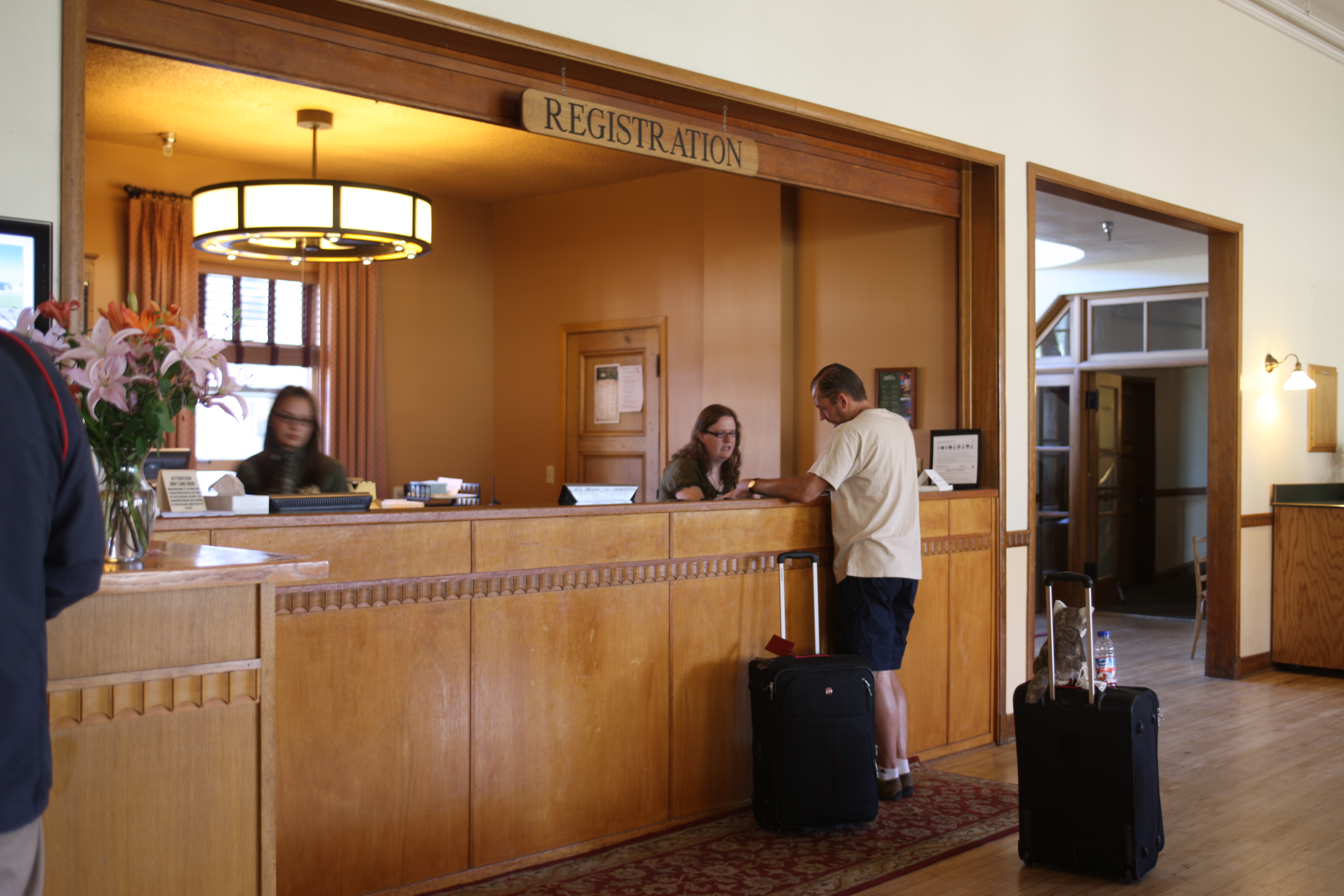 File mammoth hot springs hotel registration desk for Design hotels wiki