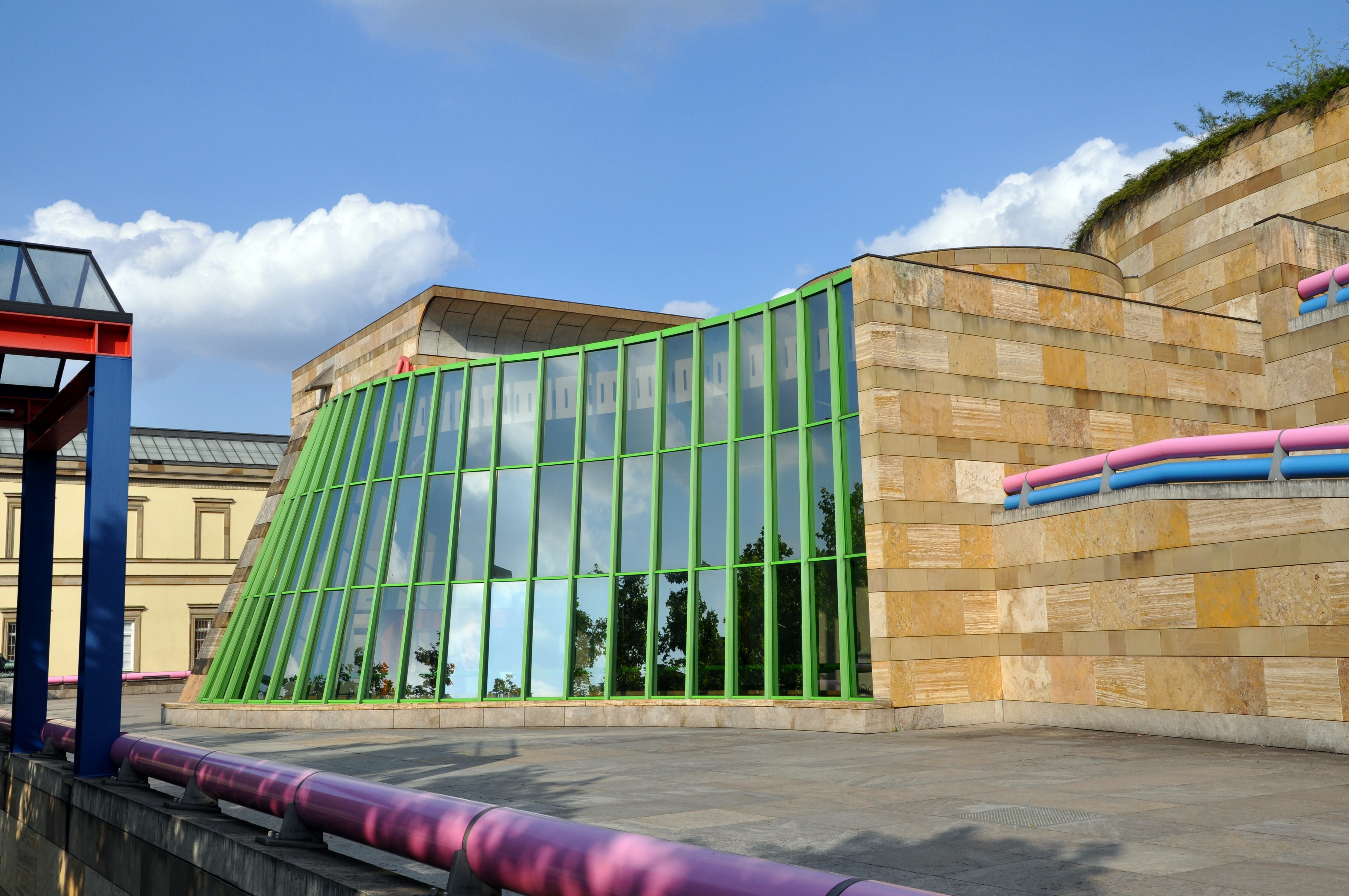neue staatsgalerie The staatsgalerie stuttgart (state gallery) is an art museum in stuttgart, germany, it opened in 1843in 1984, the opening of the neue staatsgalerie (new state gallery) designed by james stirling transformed the once provincial gallery into one of europe's leading museums.
