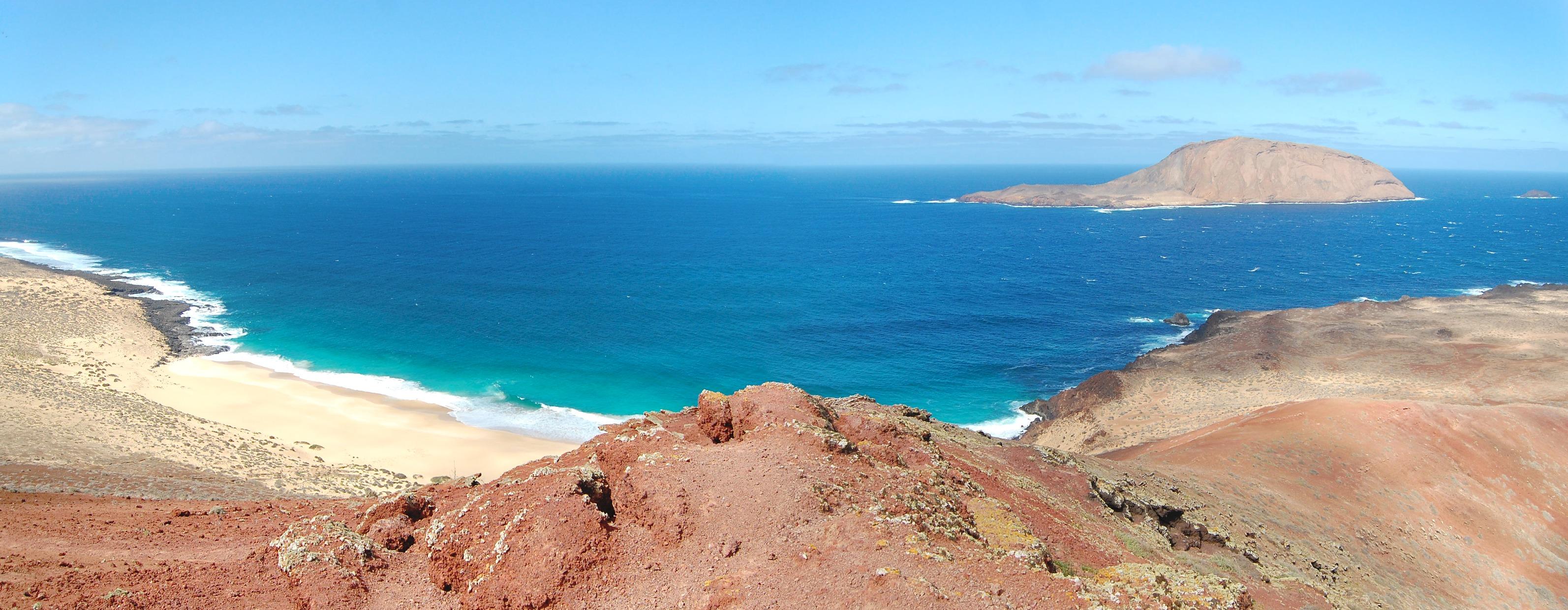 Playa de las Conchas y Montaña Blanca desde Montaña Bermeja.jpg