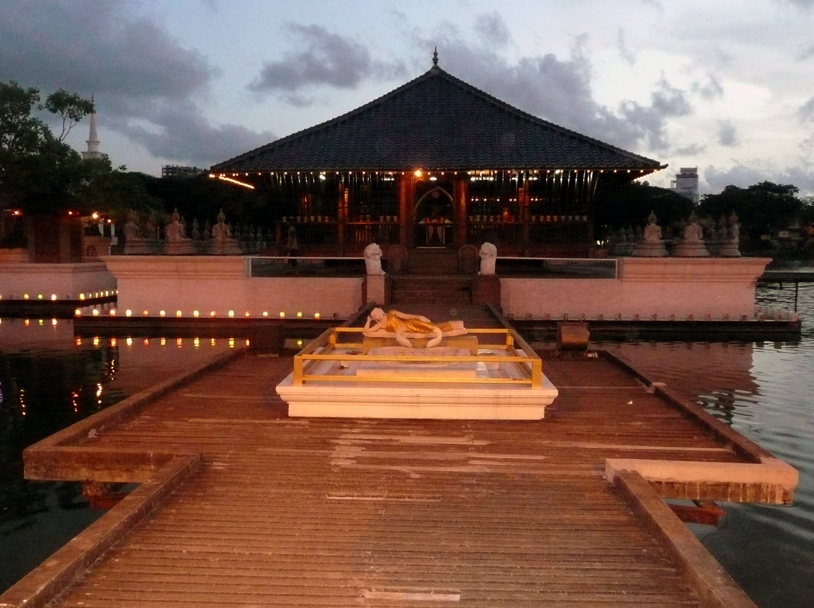Image result for gangaramaya buddhist temple in colombo