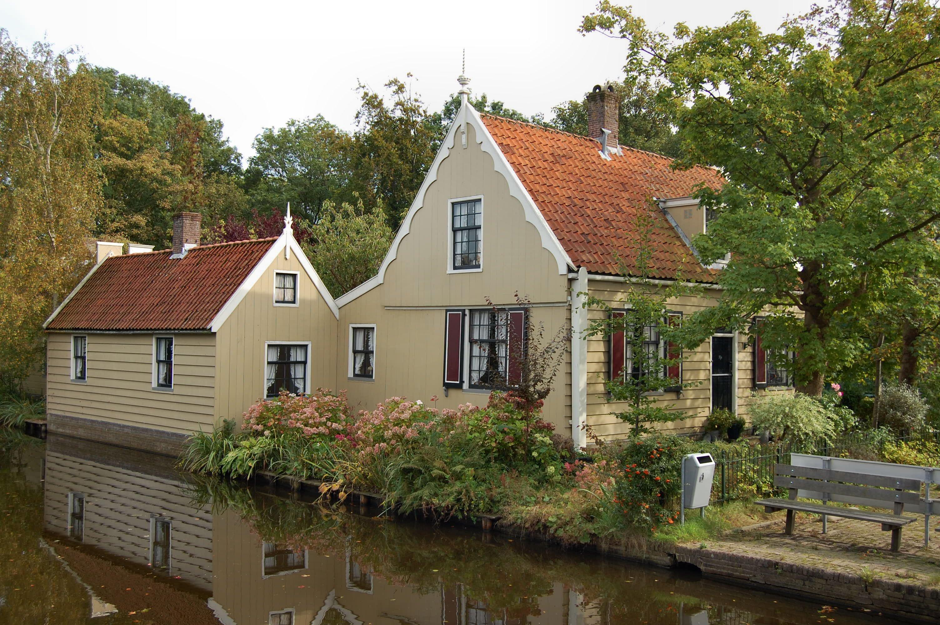 Houten huis met zadeldak gesneden deur in lodewijk xvi stijl in westzaan monument - Houten huis ...