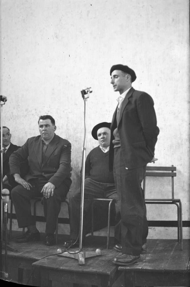El versolari Xalbador cantando en el frontón de Sara en mayo de 1960.