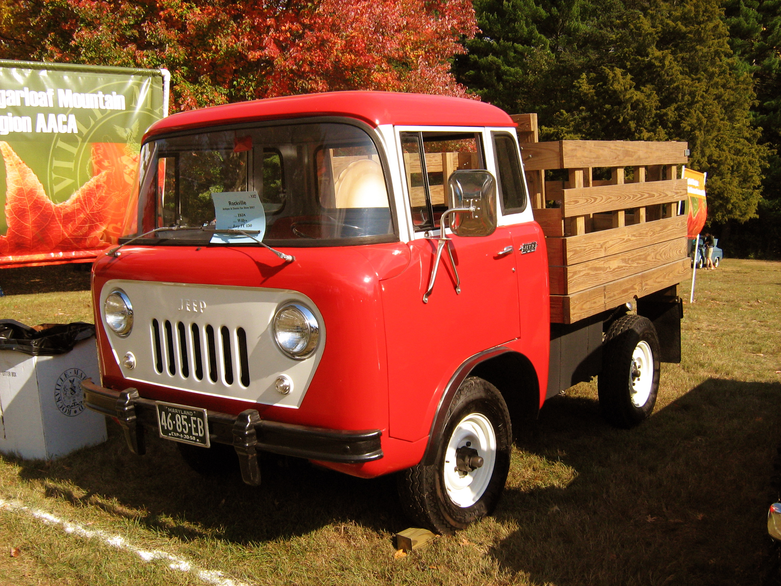 1958_Jeep_FC_Rockville,_MD_show_front.jpg