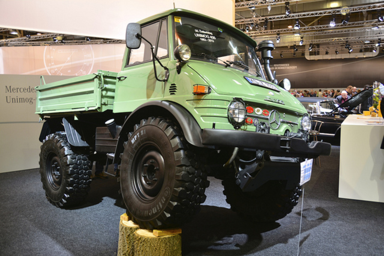 File:1979 green Mercedes-Benz Unimog 406 at Techno ...