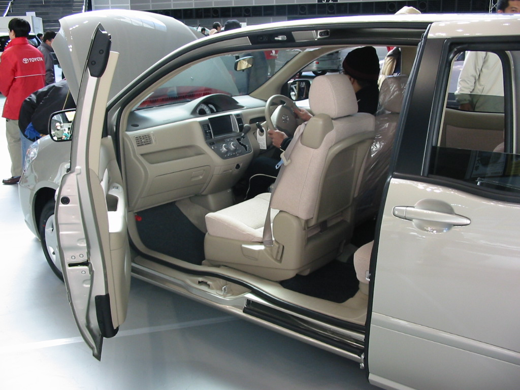 2003_Toyota_Raum_02.jpg