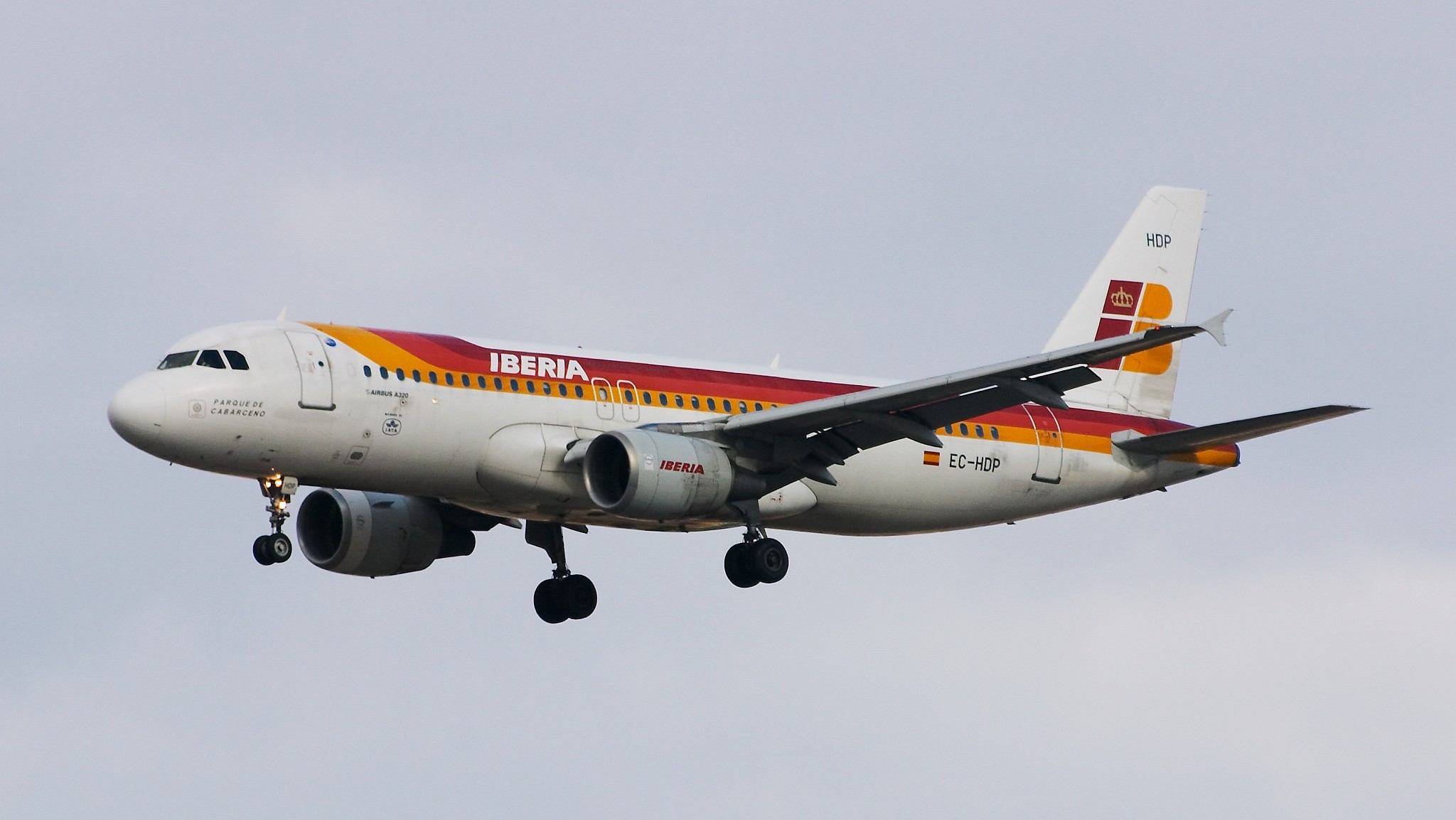 https://upload.wikimedia.org/wikipedia/commons/6/6f/Airbus_A320-214_-_Iberia_-_EC-HDP_-_LEMD_-_200503051639.jpg
