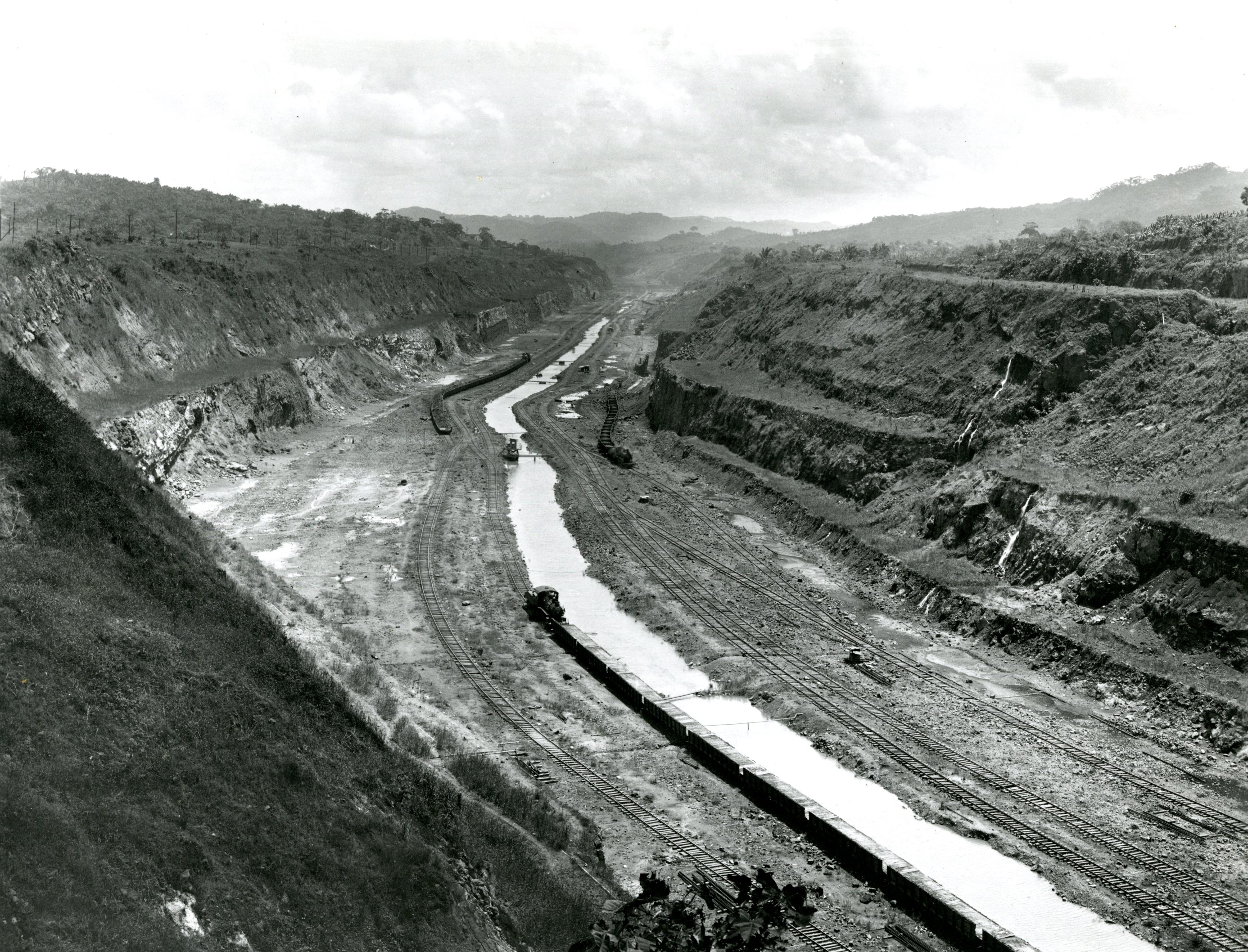 Panama canal wikipedia this before photograph of the panama canal was used as a guide in the construction of the cape cod canal by the us armys office of the chief engineers fandeluxe Gallery