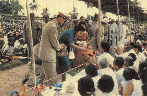 Bhumibol Adulyadej and Sirikit at Nakhon Si Thammarat (24).jpg