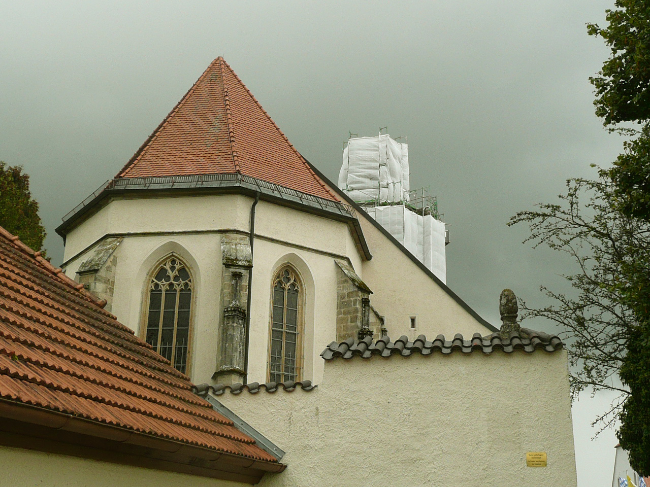 Bogenberg renovation2012 40577.jpg English: Wallfahrtskirche Mariä Himmelfahrt in renovation (Bogenberg) Date 12 September 2012, 15:39:30